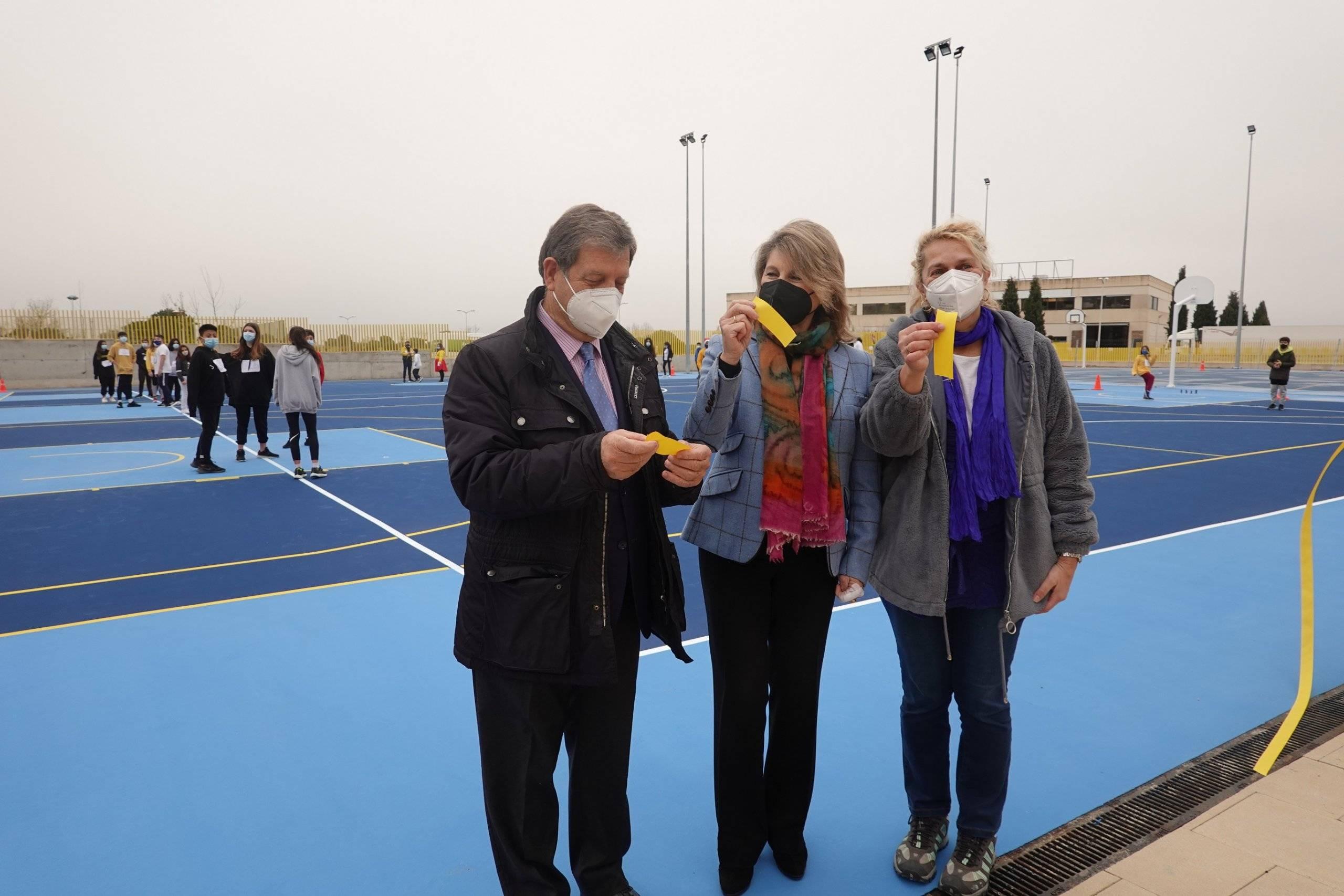 El alcalde, junto a la presidenta de la Fundación Horizontes Abiertos- Padre Garralda y la directora del CEIPSO Padre Garralda.