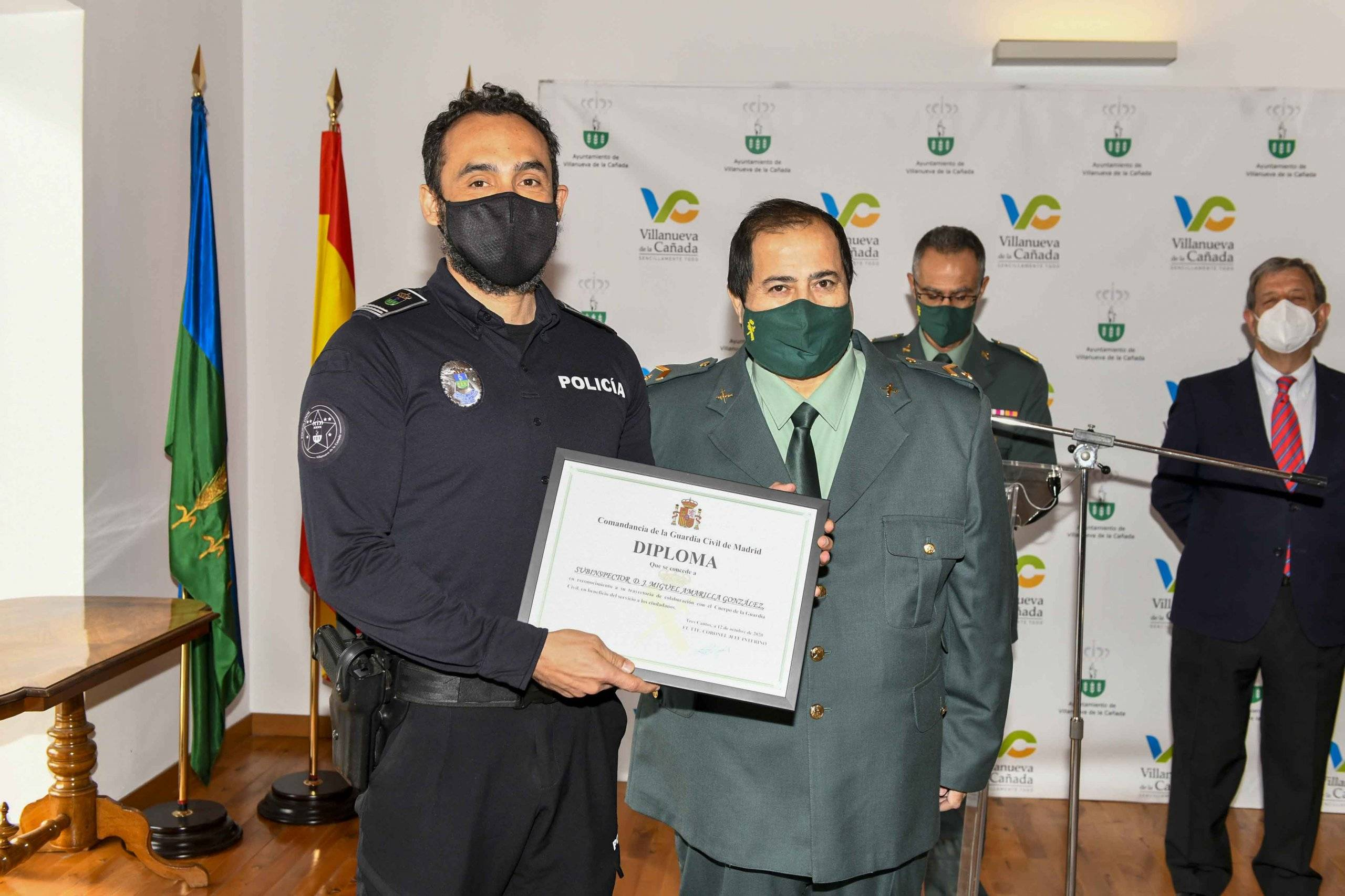 Entrega de diploma al subinspector de la Policía Local.
