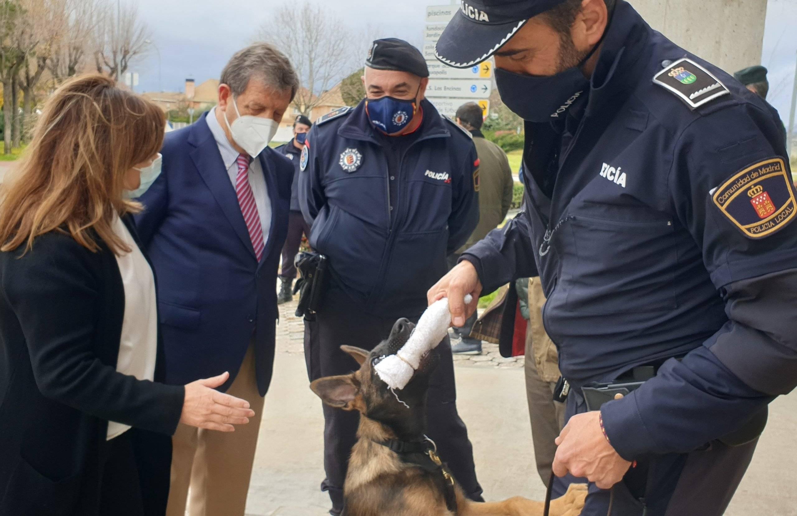 El benjamín de la Policía Local con las autoridades.
