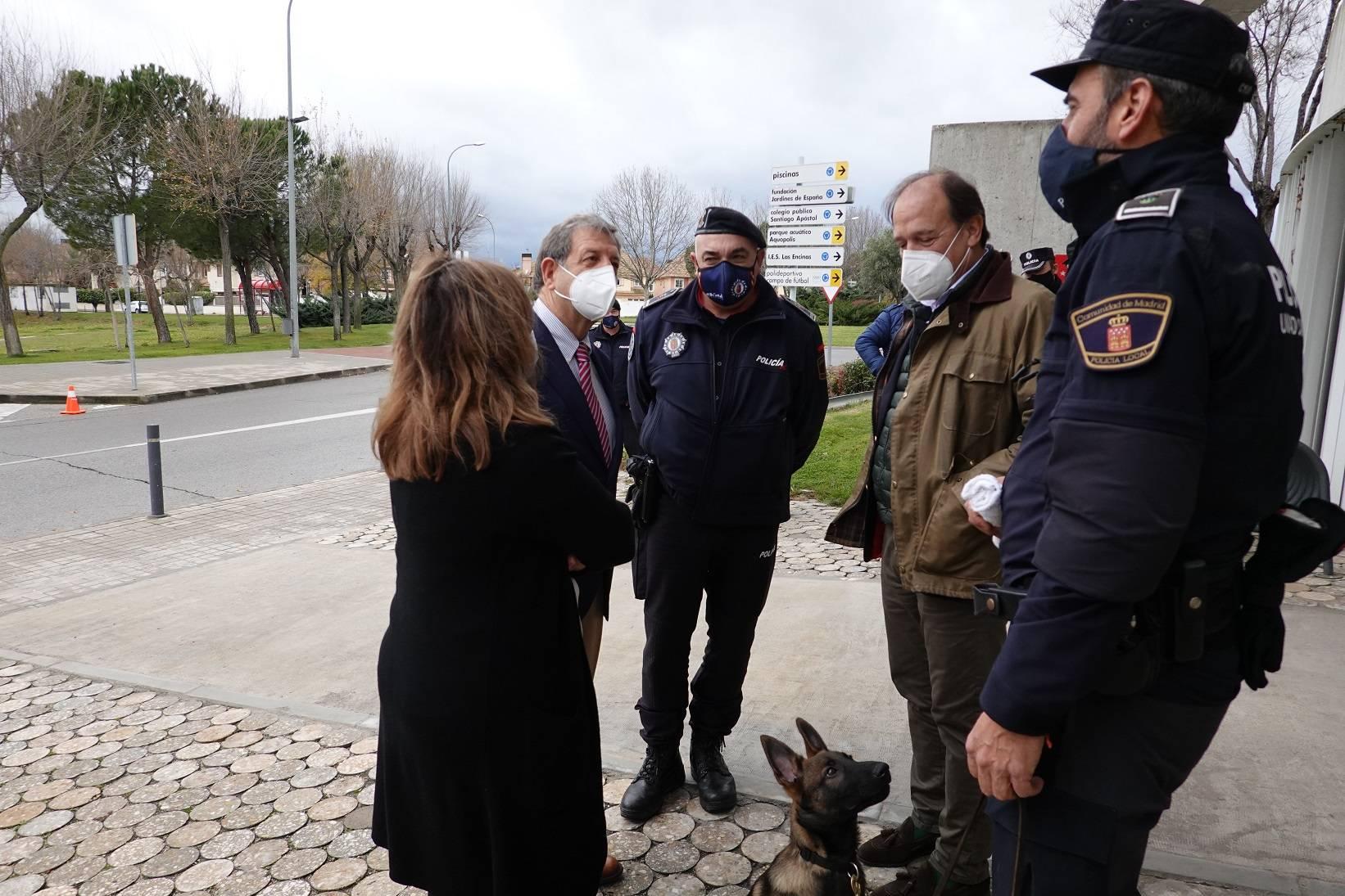 El acto de presentación ha tenido lugar a la salida del edificio de la Policía Local.