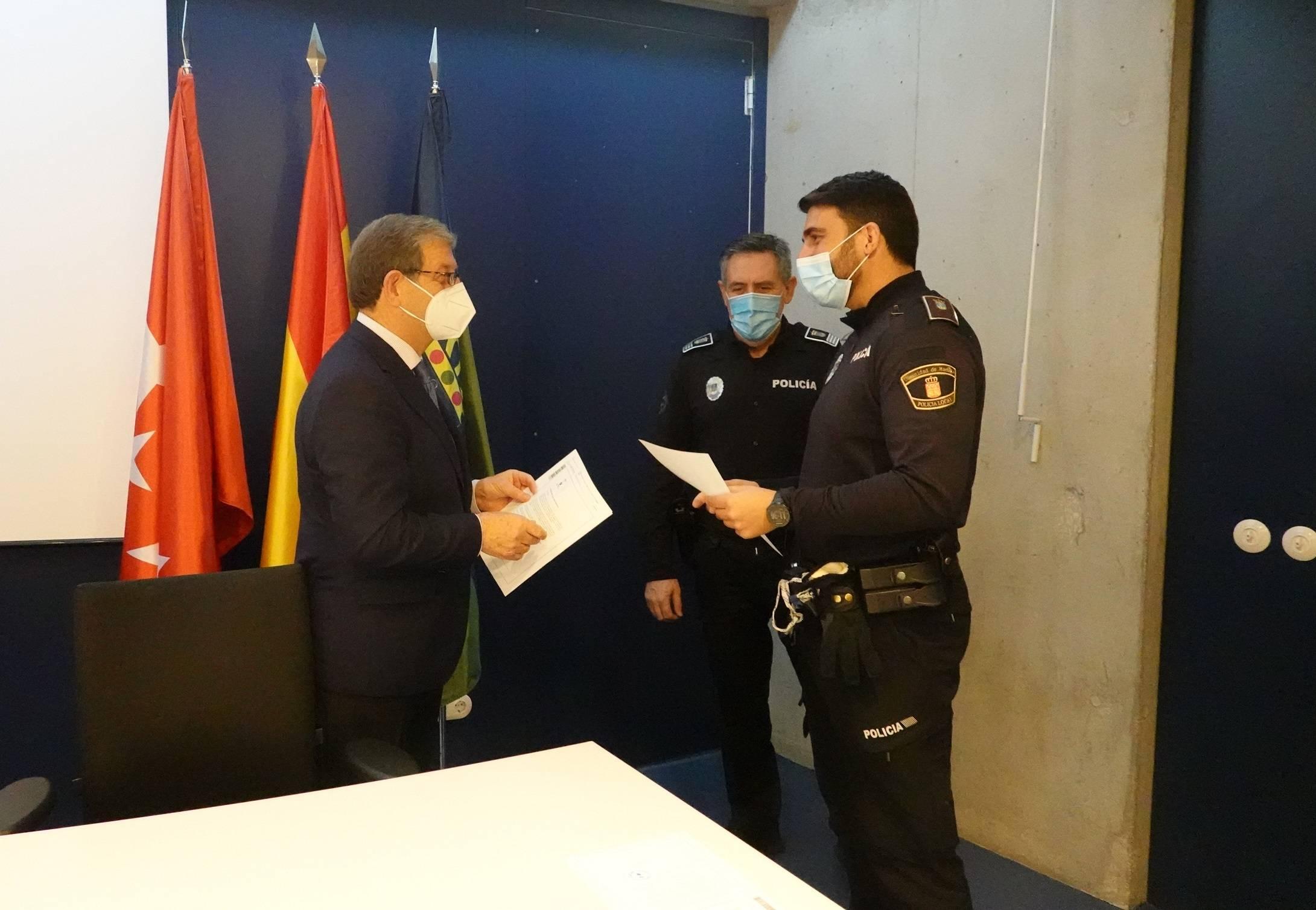 Acto de entrega de cartas de reconocimiento a miembros de Policía Local.