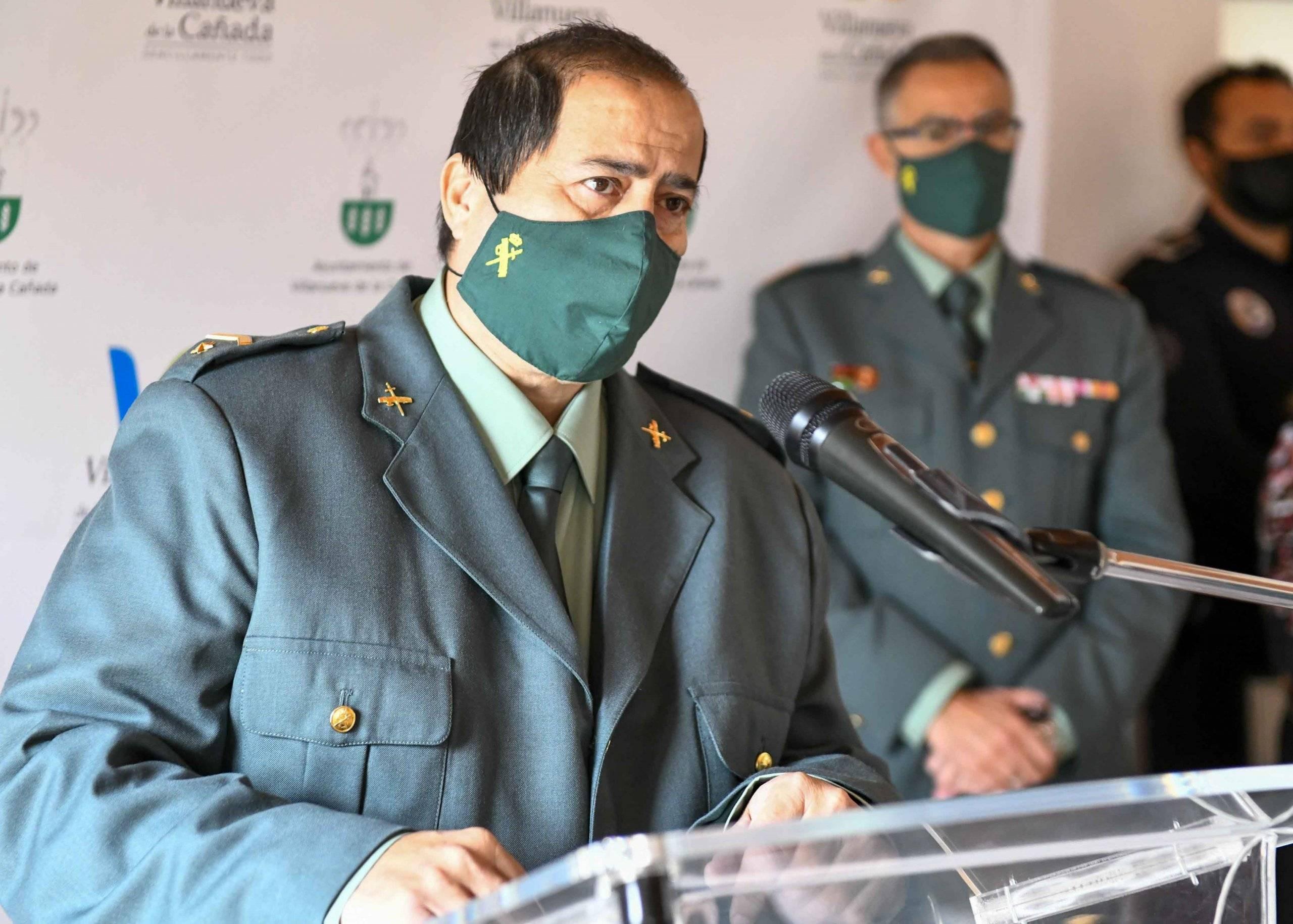 El subteniente de la Guardia Civil de Villanueva de la Cañada durante su intervención.