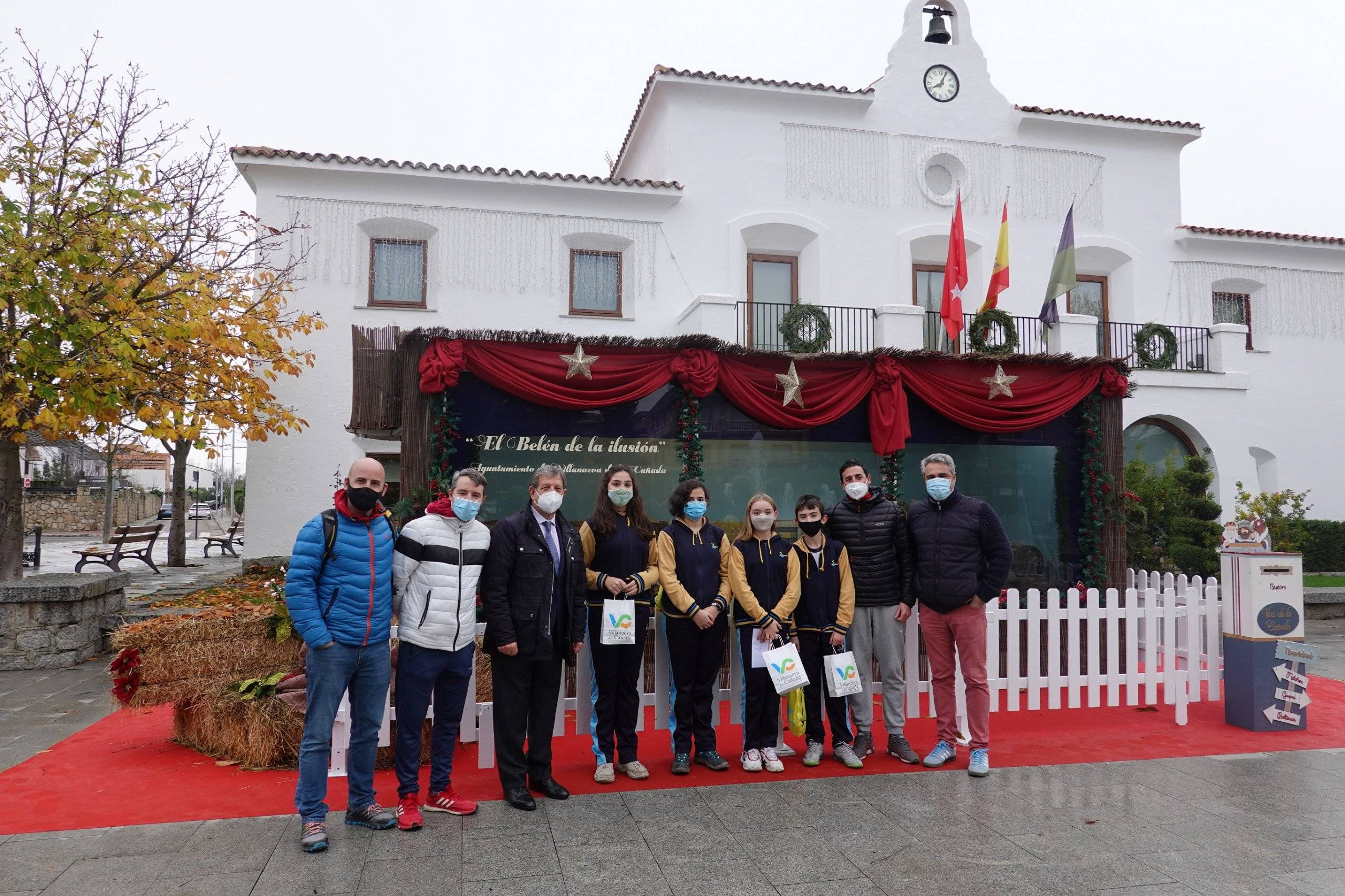 El alcalde junto a representantes de la Junta de Delegados y docentes del colegio Arcadia.