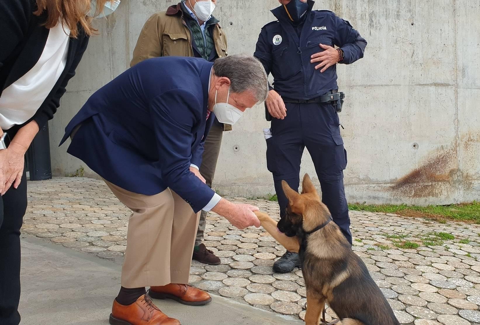 El alcalde, Luis Partida, junto a Kenzo.
