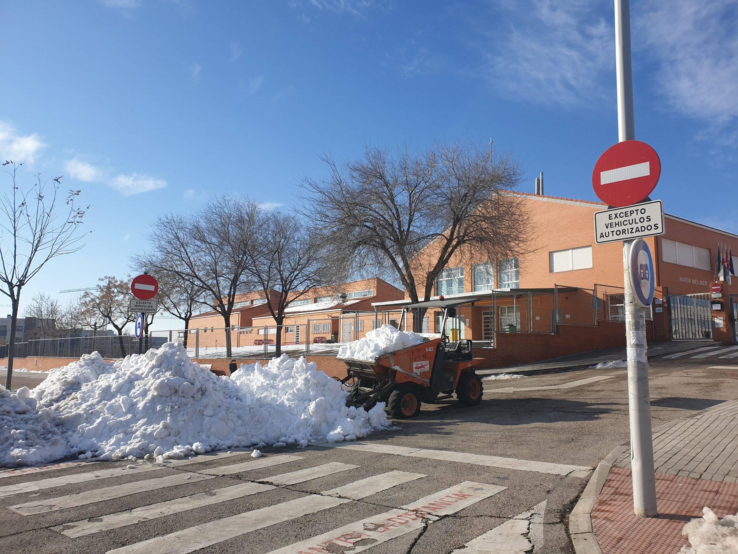 Uno de los colegios tras la retirada de nieve de la entrada.
