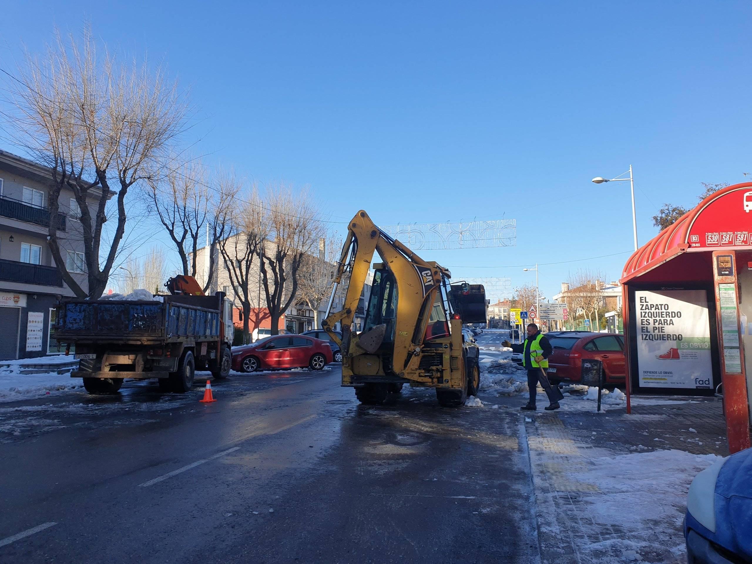 Máquinas trabajando en la retirada de nieve.