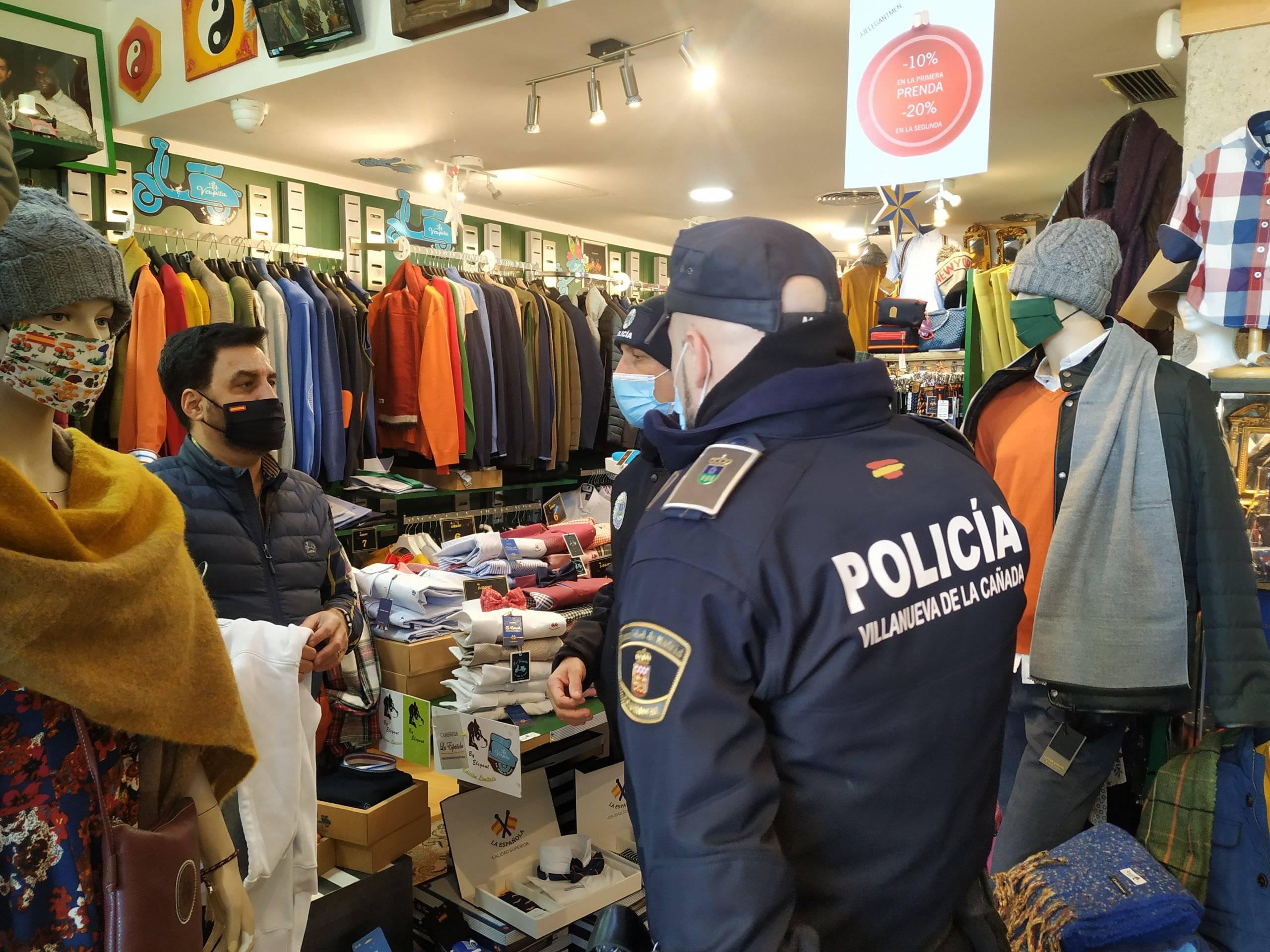 Uno de los comerciantes del municipio junto a los agentes.