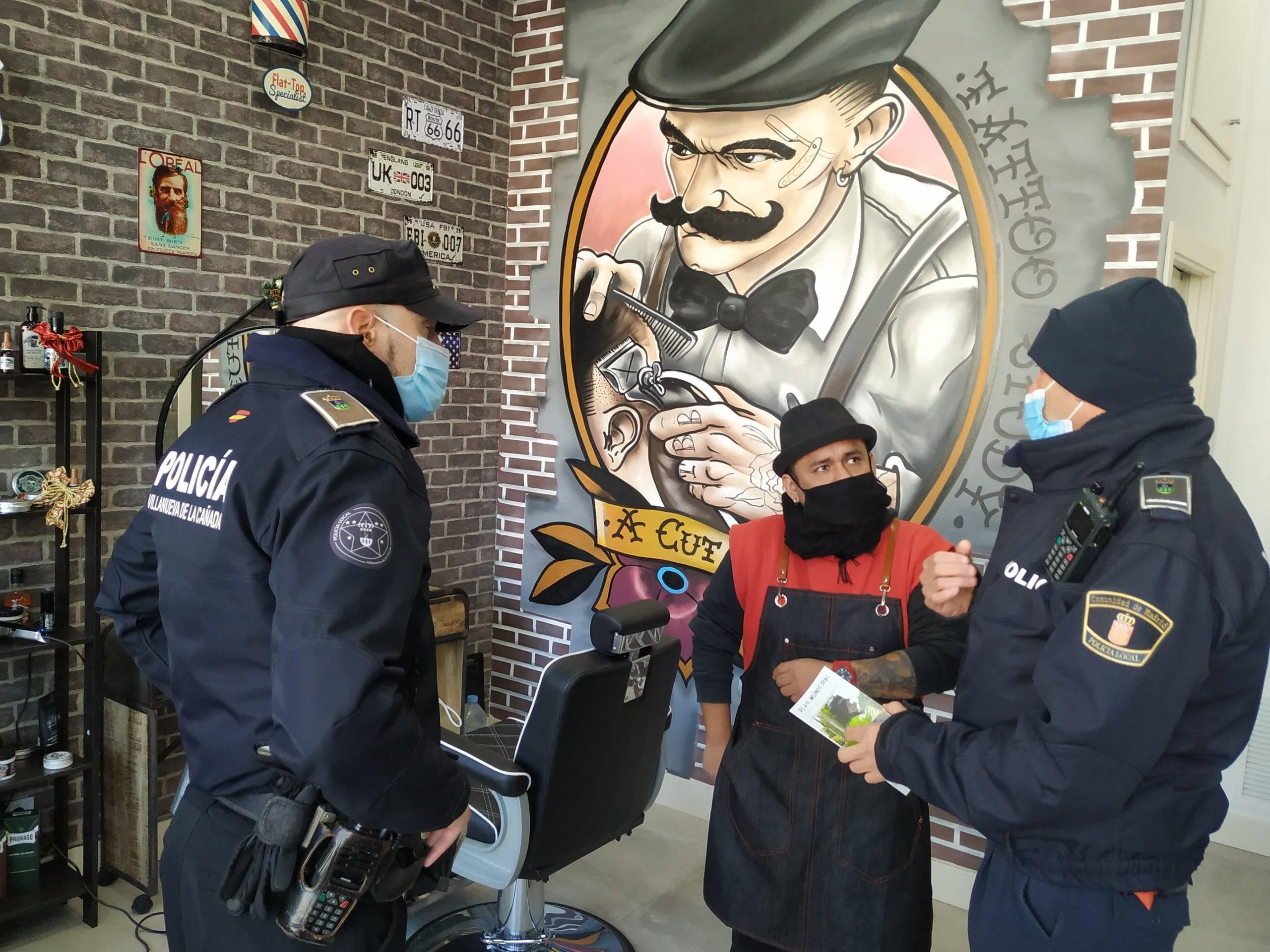 Los agentes informando sobre la campaña en uno de los comercios.