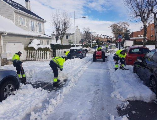 Labores de limpieza en calles y accesos para retirar la nieve acumulada