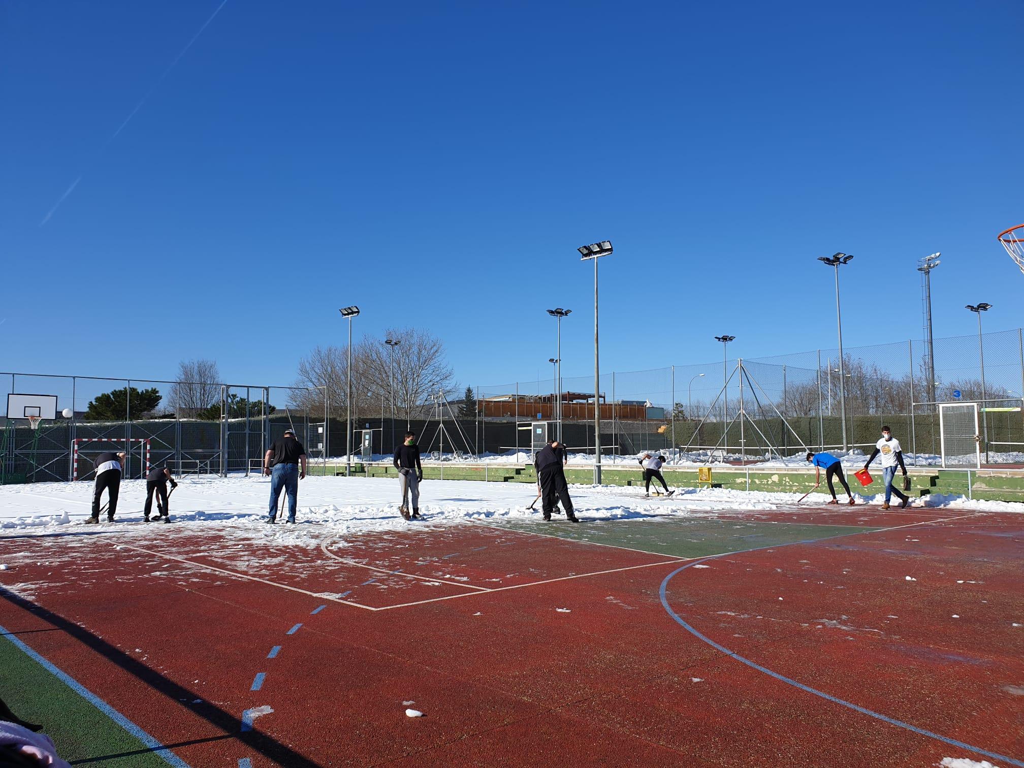 Profesores, alumnos y familias, colaborando en las labores de retirada de nieve.