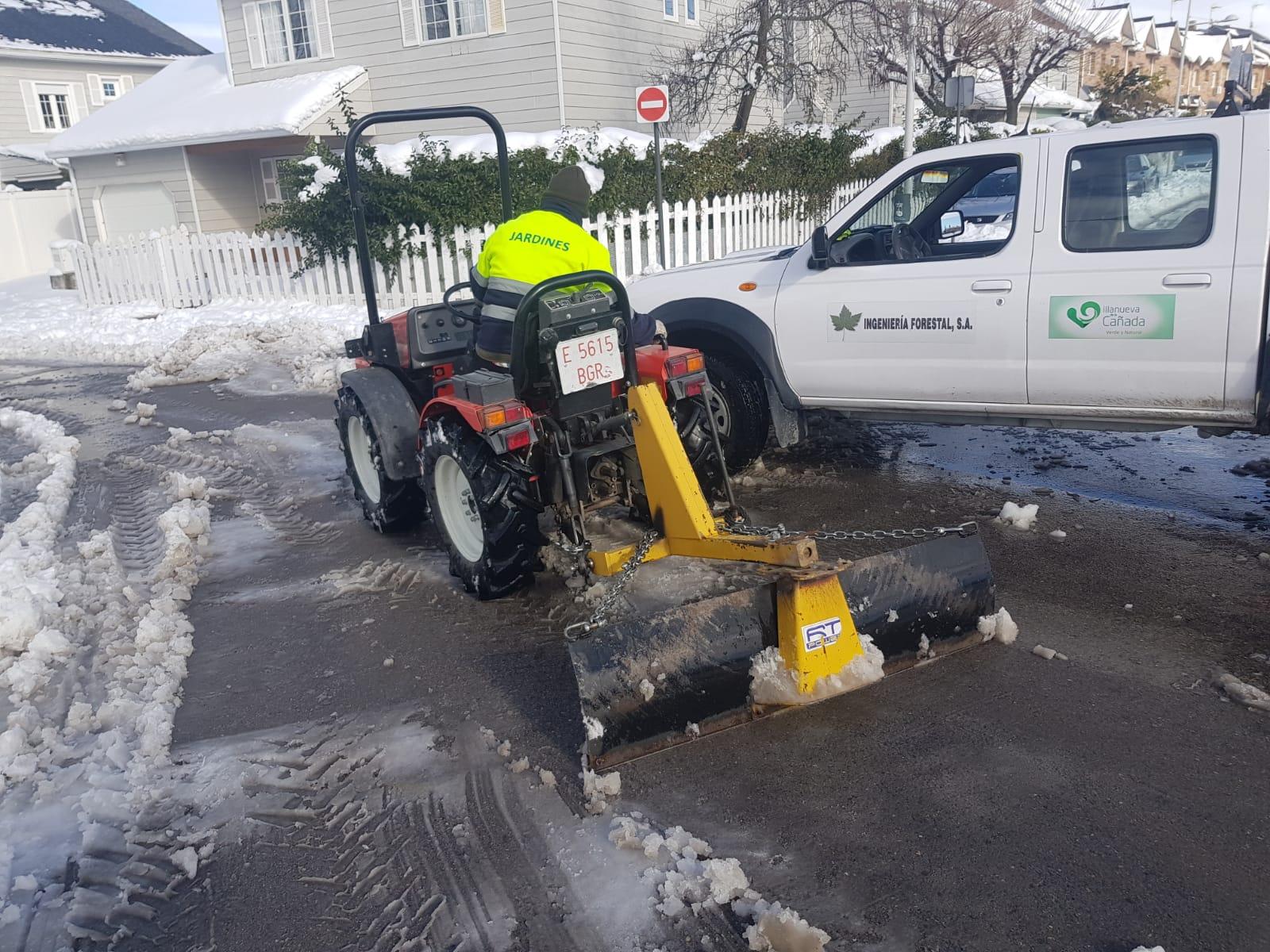 Retirada de nieve en calles del municipio.