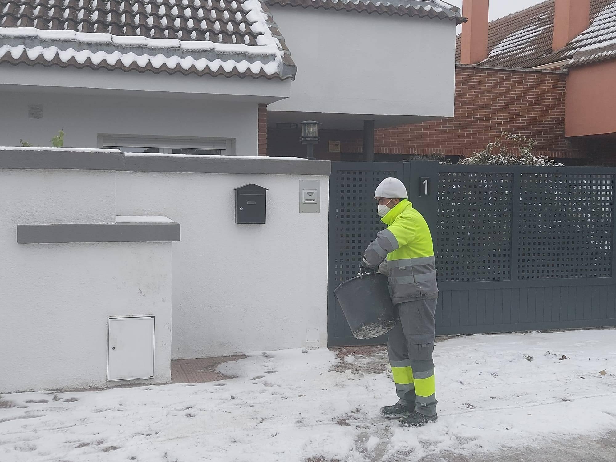 Un trabajador esparciendo sal.