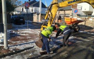 Operarios durante las labores de retirada de nieve.