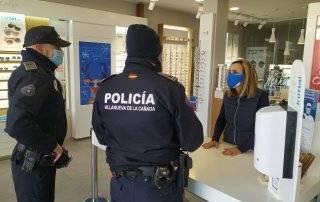 Policías Locales informando en uno de los comercios.