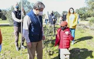 El alcalde, conversando con uno de los niños participantes en el taller.