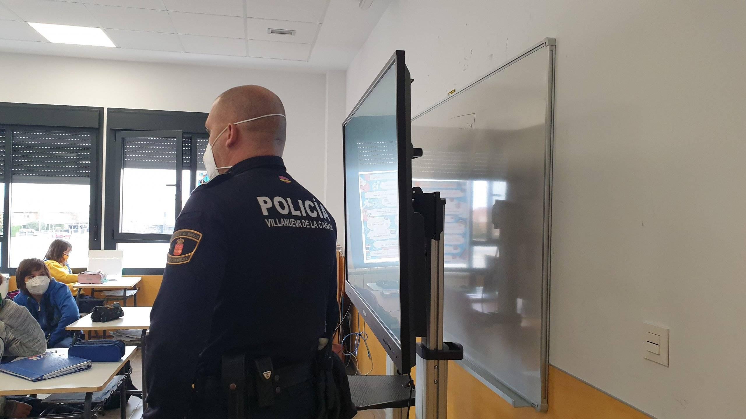Policía de la Unidad de Agente Tutor impartiendo una charla ante escolares.