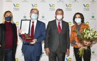 Imagen de los galardonados junto al alcalde y a la concejala de Servicios Sociales.