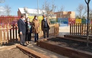 Autoridades locales junto a la directora del centro educativo visitando los huertos escolares.