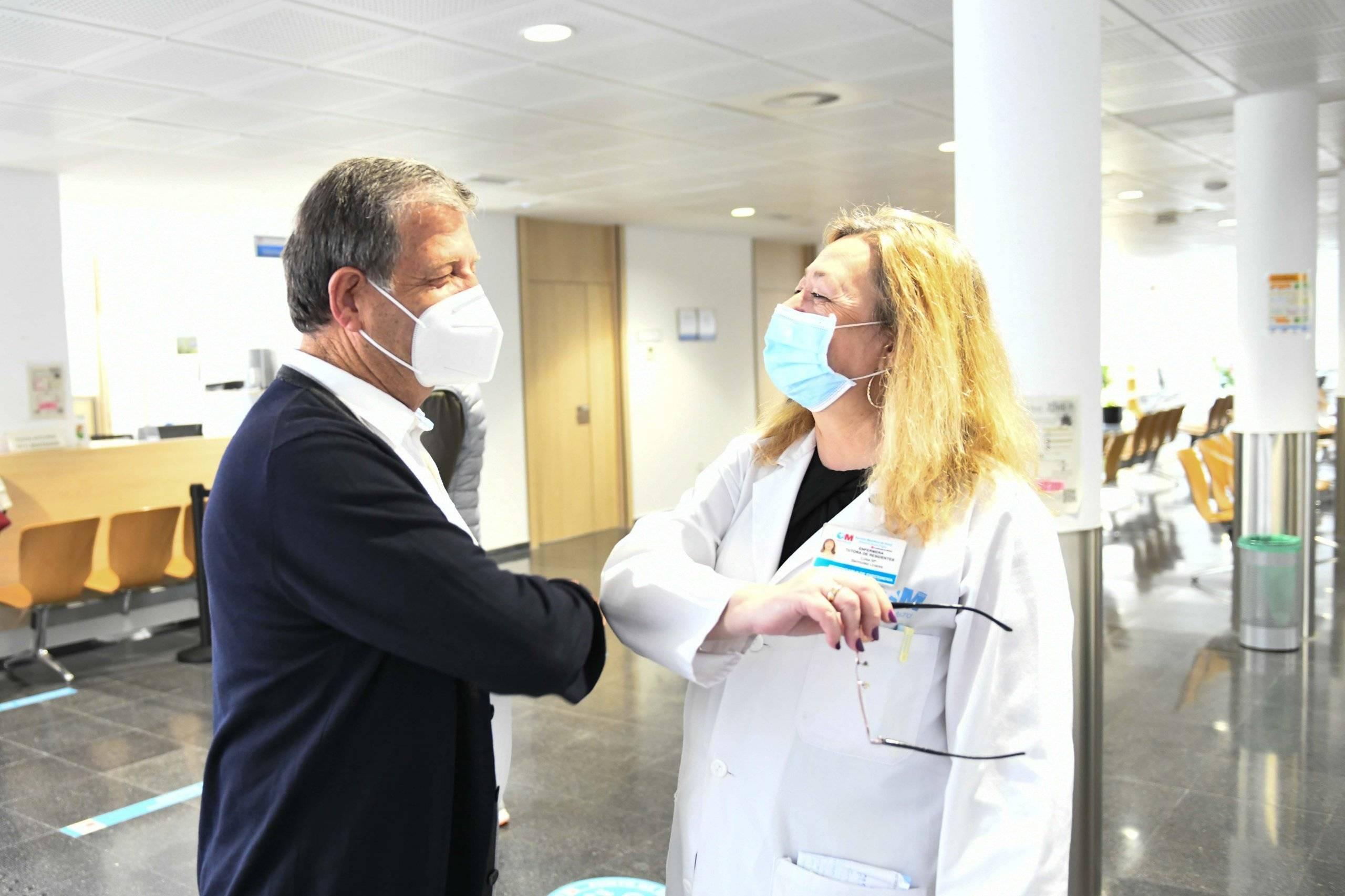 El alcalde junto a una de las enfermeras del centro.