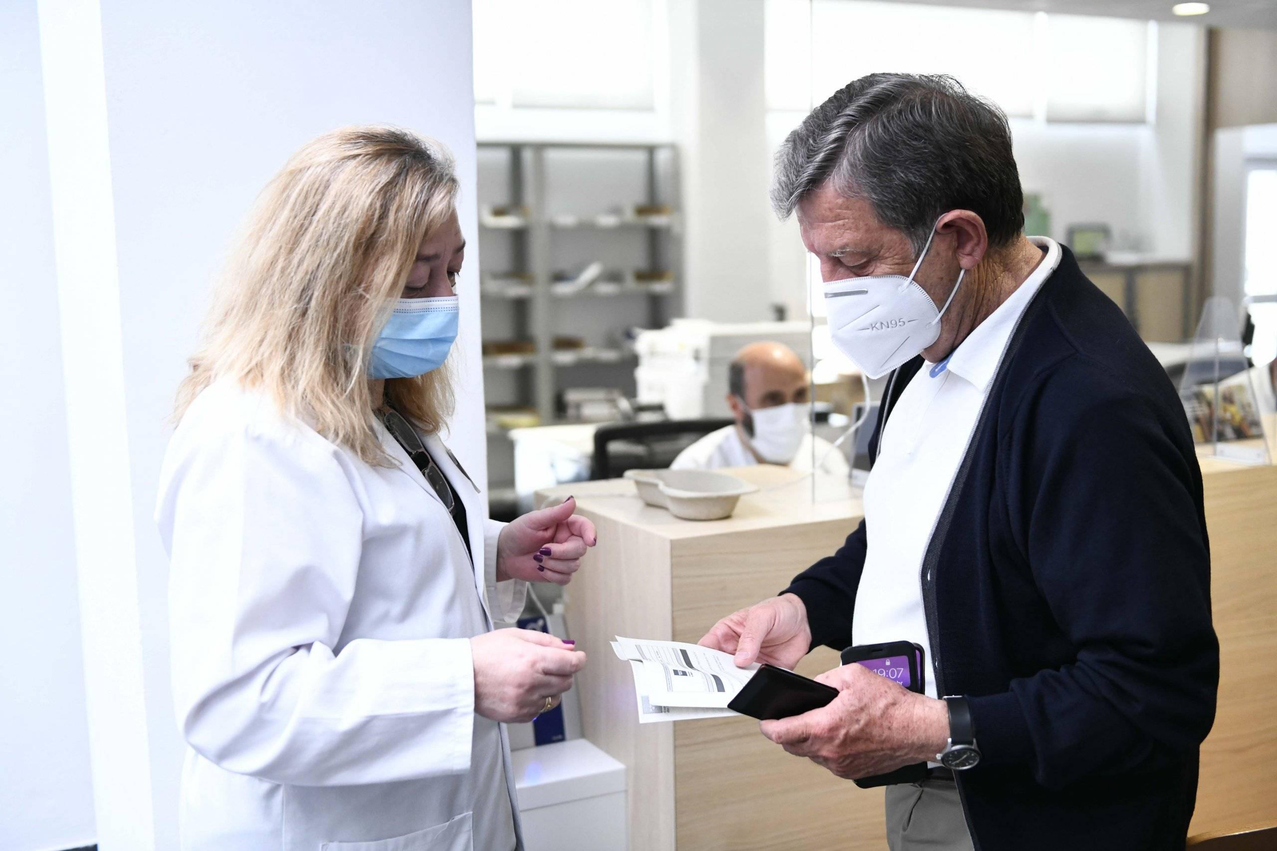 El regidor villanovense recibiendo la documentación tras la vacunación.