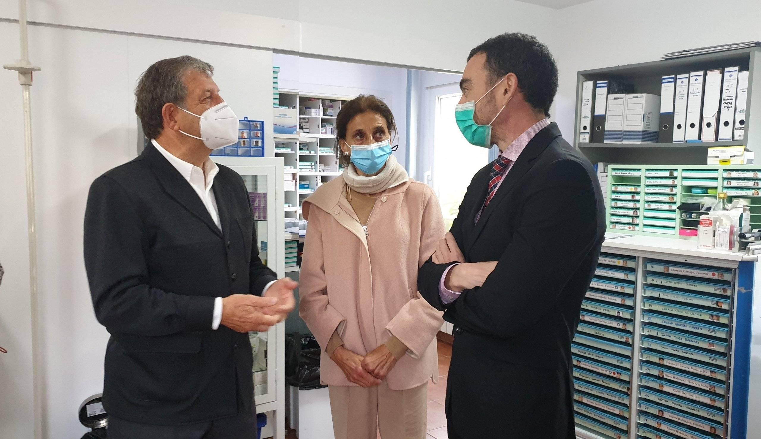 El alcalde, Luis Partida, y el Director General de Atención a Personas con Discapacidad de la Comunidad de Madrid, Óscar Álvarez López, junto a la gerente de la fundación, Ana Martín-Villa.