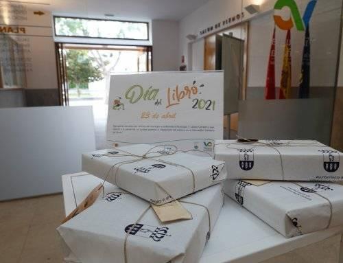 El Ayuntamiento regala obras literarias a los vecinos en el Día del Libro