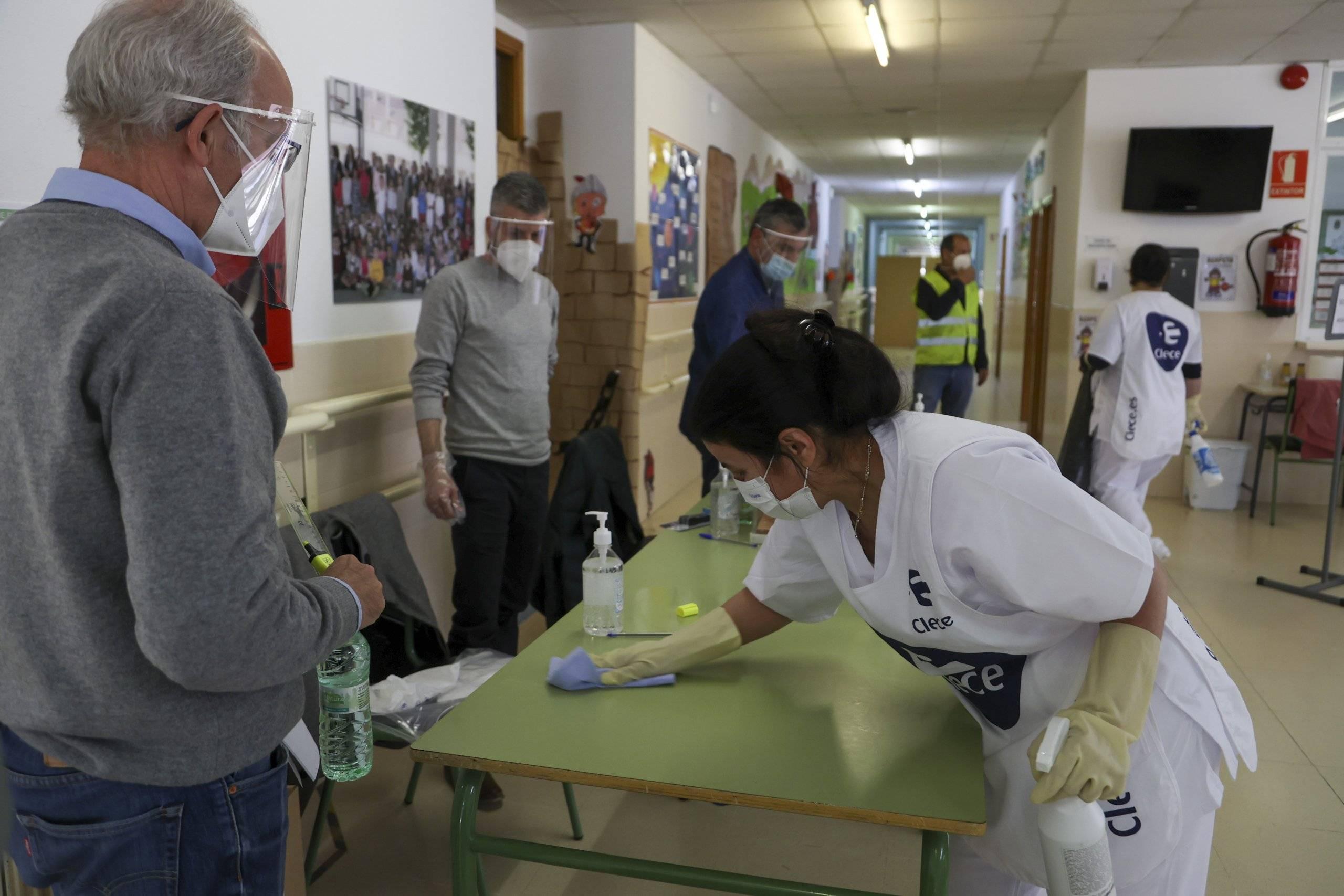 Desinfección de una de las mesas electorales.