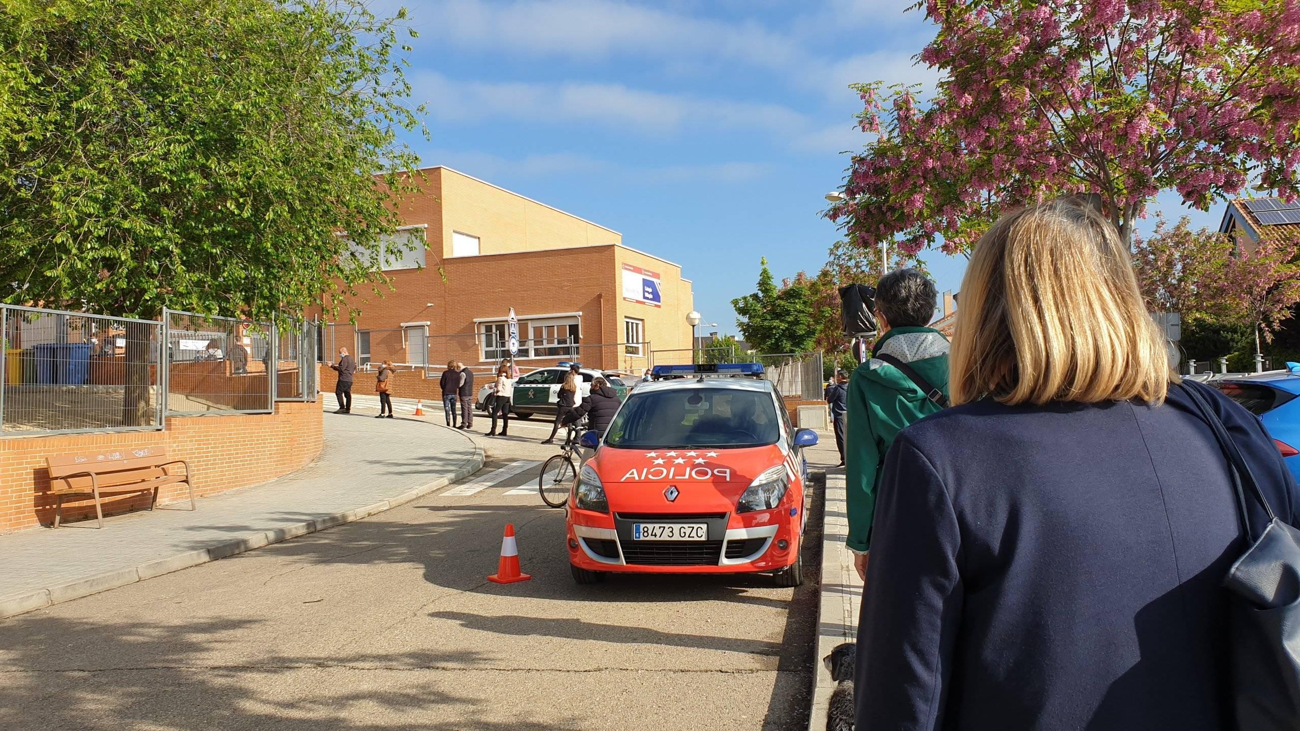 Imagen de vecinos esperando para votar en el CEIPSO María Moliner.