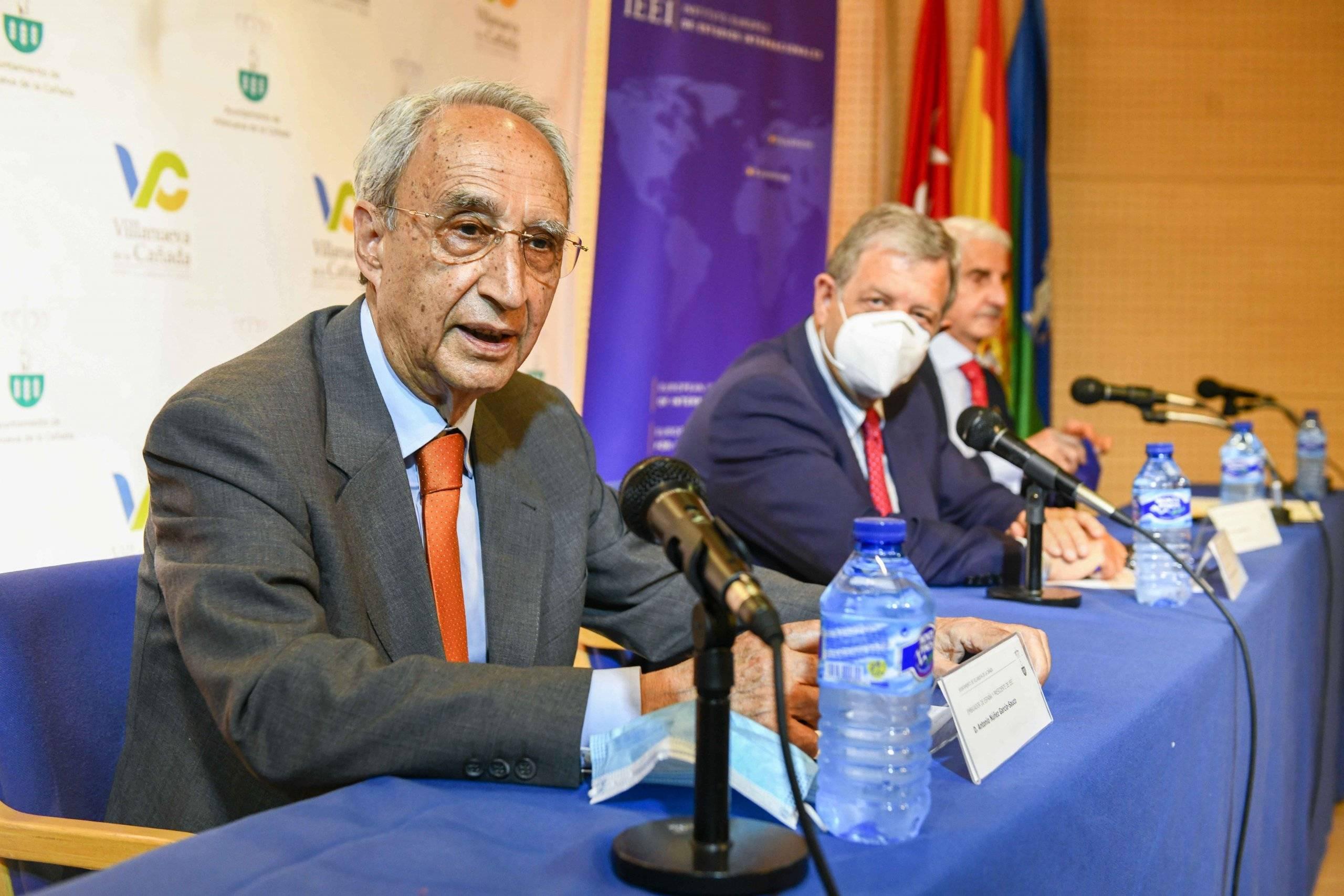 El presidente del IEEI, Antonio Núñez García- Sauco, dirigiéndose a los asistentes a las jornadas.