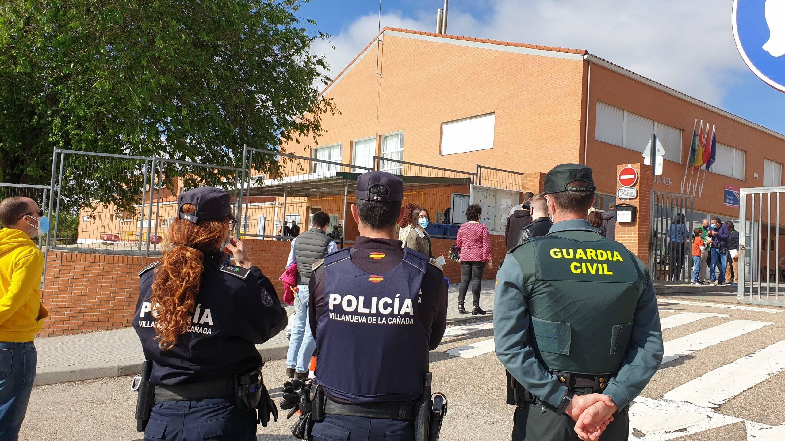 Miembros de la Policía Local y Guardia Civil a la entrada de uno de los colegios.