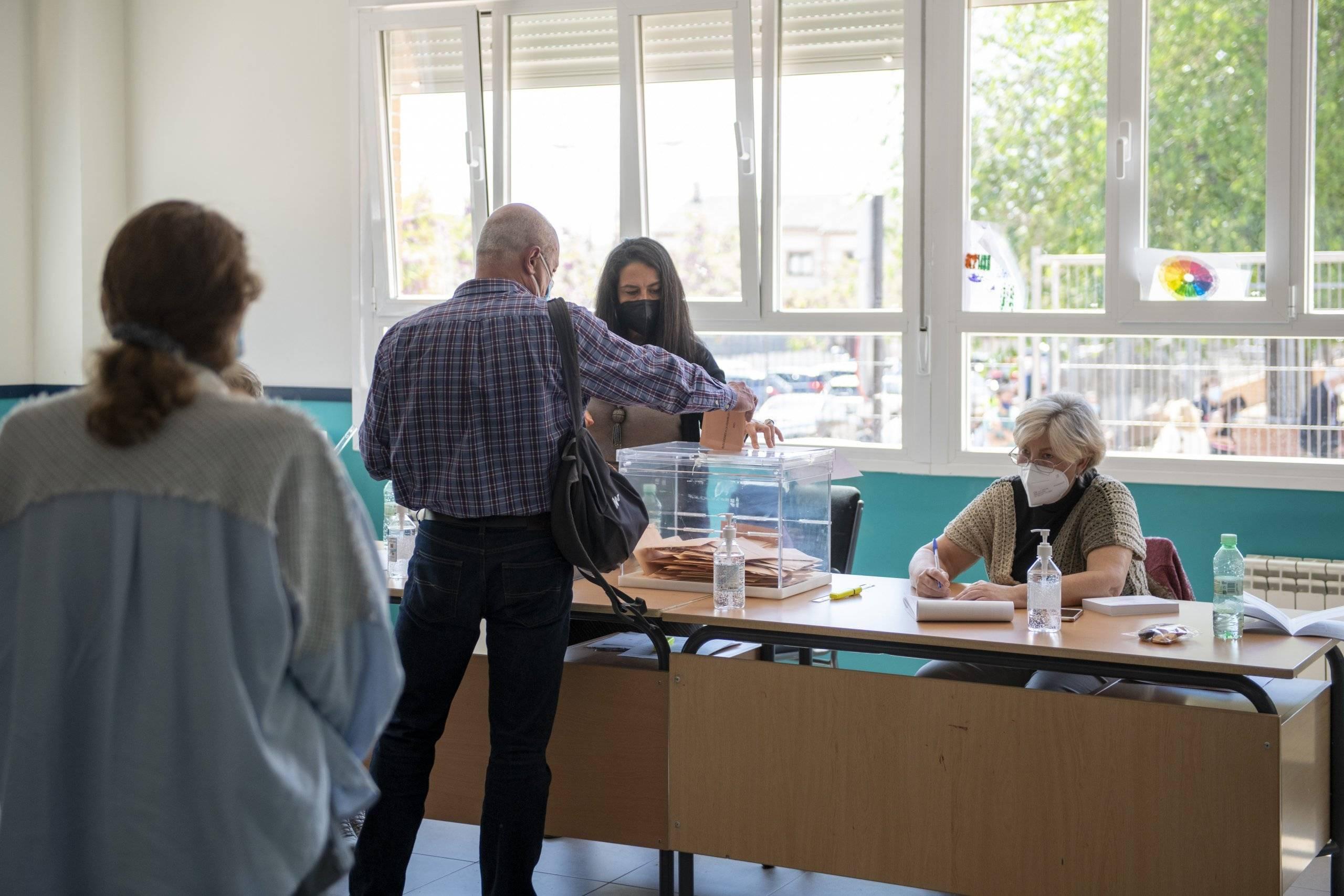 Imagen de una mesa electoral.