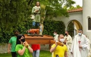 Representantes de las peñas portando la talla del santo.