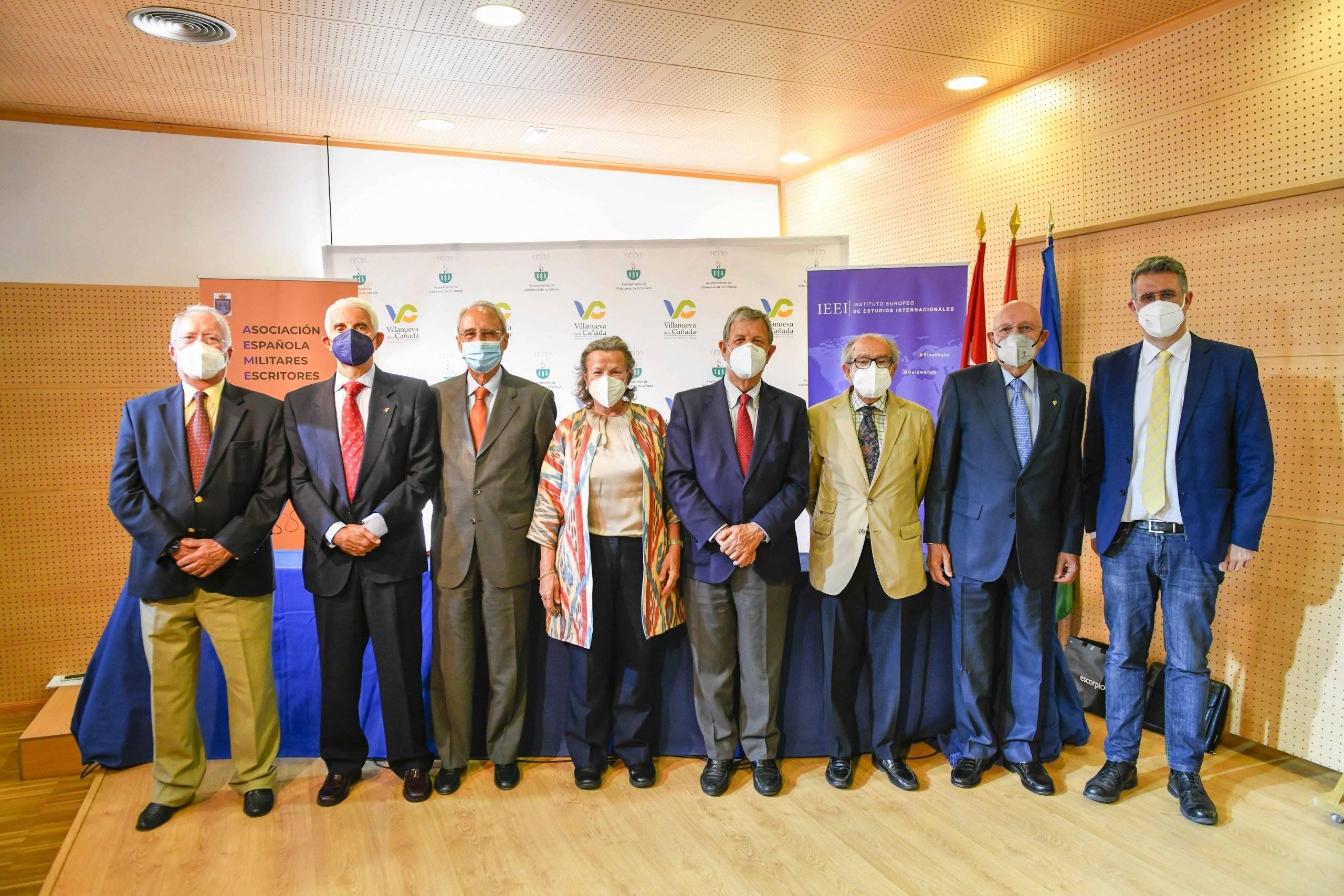 El alcalde y el concejal de Hermanamientos, Manuel Ayora, junto a los ponentes participantes en las jornadas.