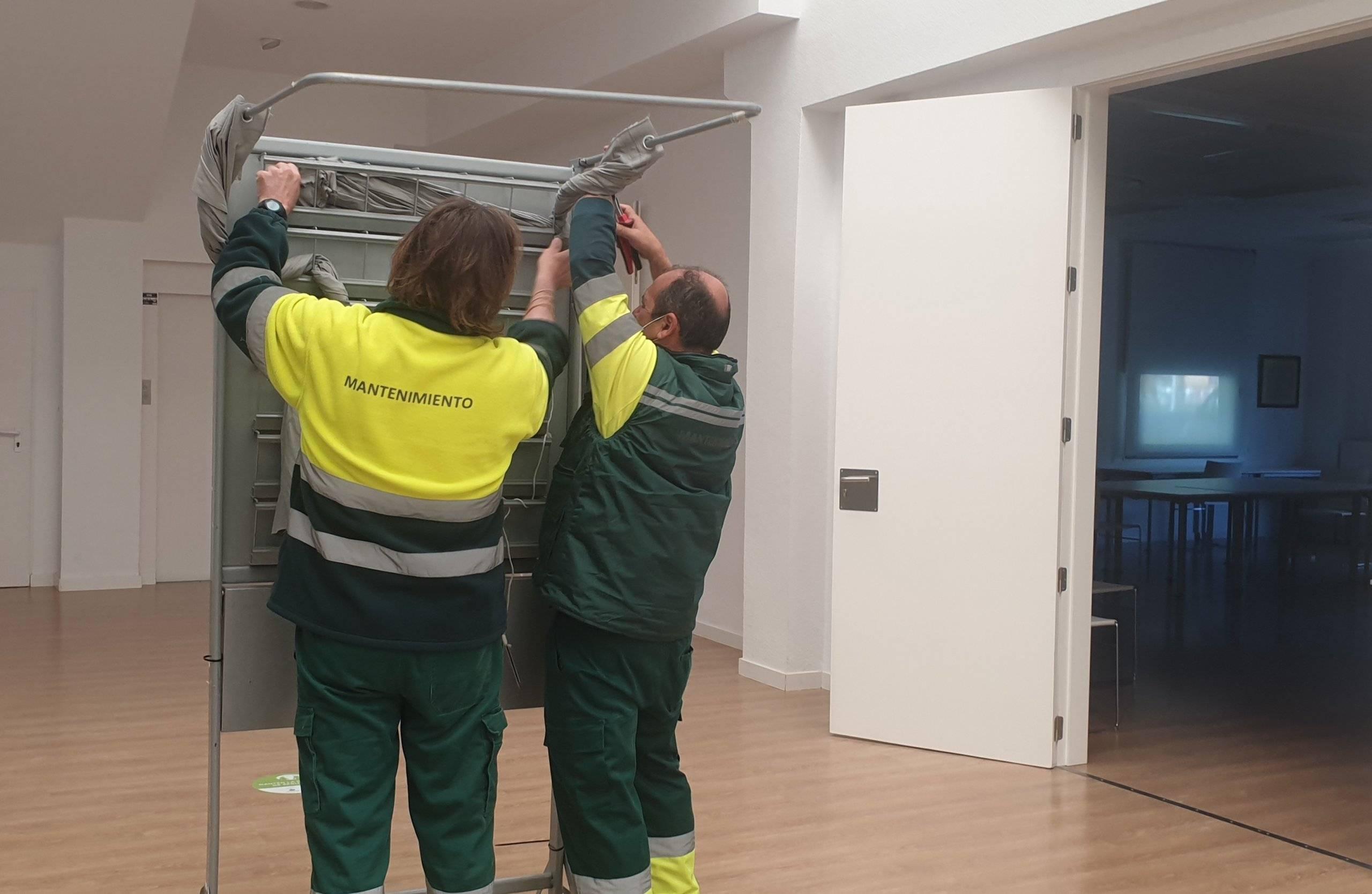 Operarios de mantenimiento trabajando durante la jornada electoral.