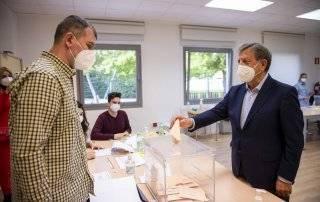 El alcalde, Luis Partida, ejerciendo su derecho al voto.