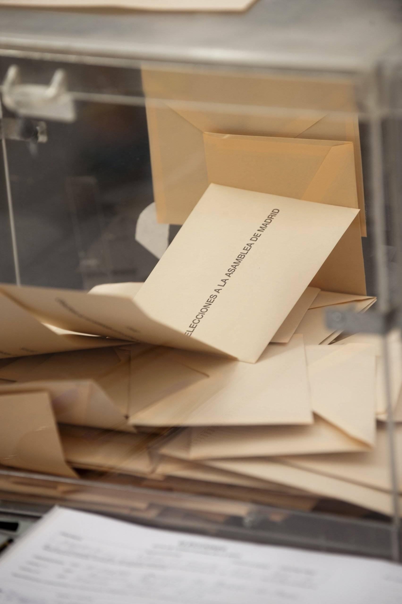Urna con votos en sobres de color sepia.