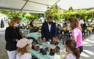 El alcalde y la concejal de Familia visitando los talleres en la plaza de España.