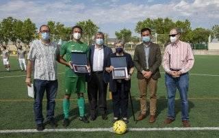 El alcalde, concejal de Deportes y familiares de los homenajeados, junto al actual y al anterior entrenador del club.
