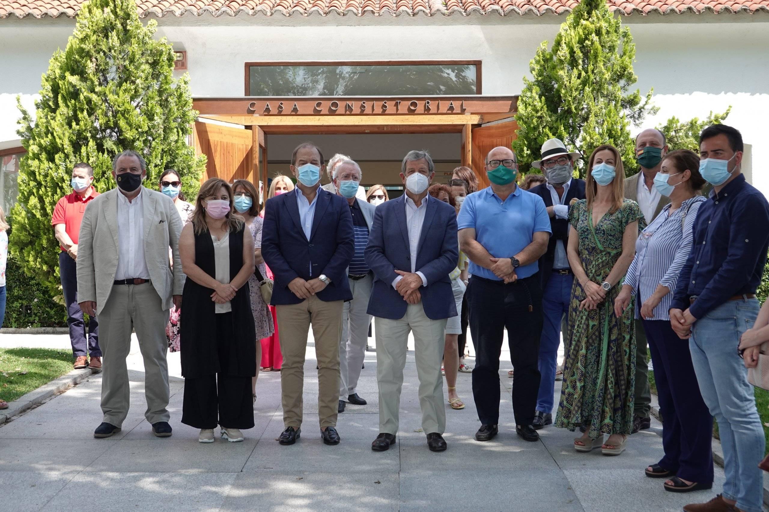 Alcalde, 1er. teniente de alcalde y miembros de la Corporación Municipal junto a vecinos que se han sumado al minuto de silencio.
