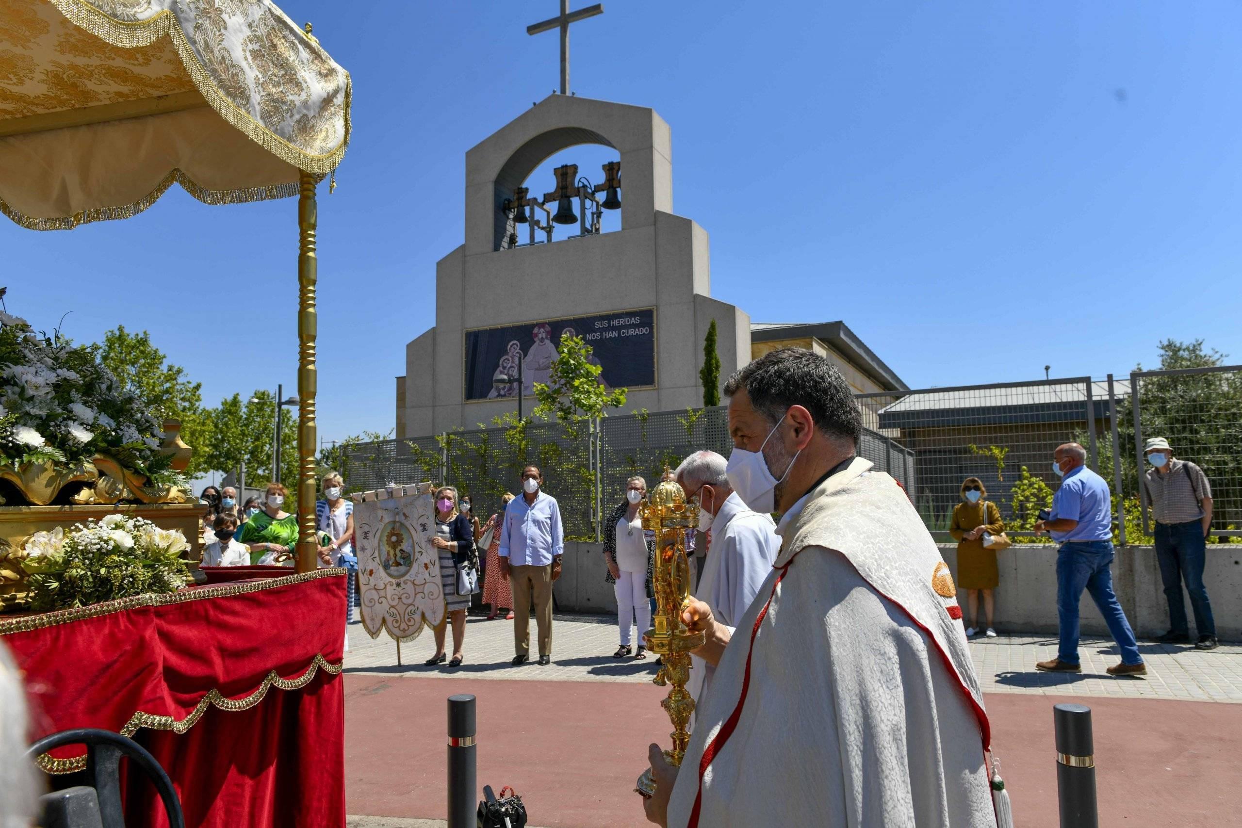 Llegada de la procesión del Corpus Christi a la parroquia San Carlos Borromeo.