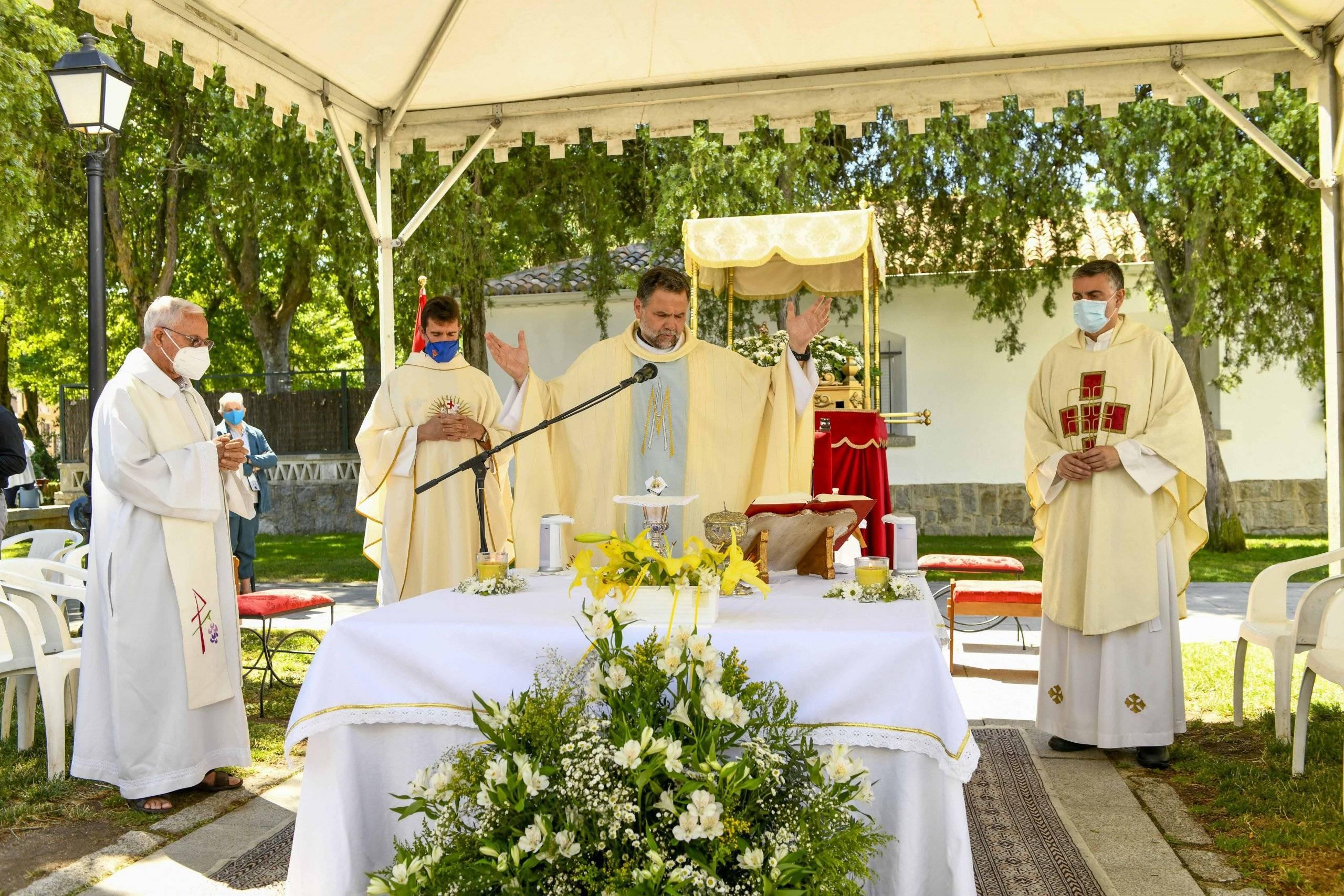 Párrocos del municipio concelebrando la eucaristía.