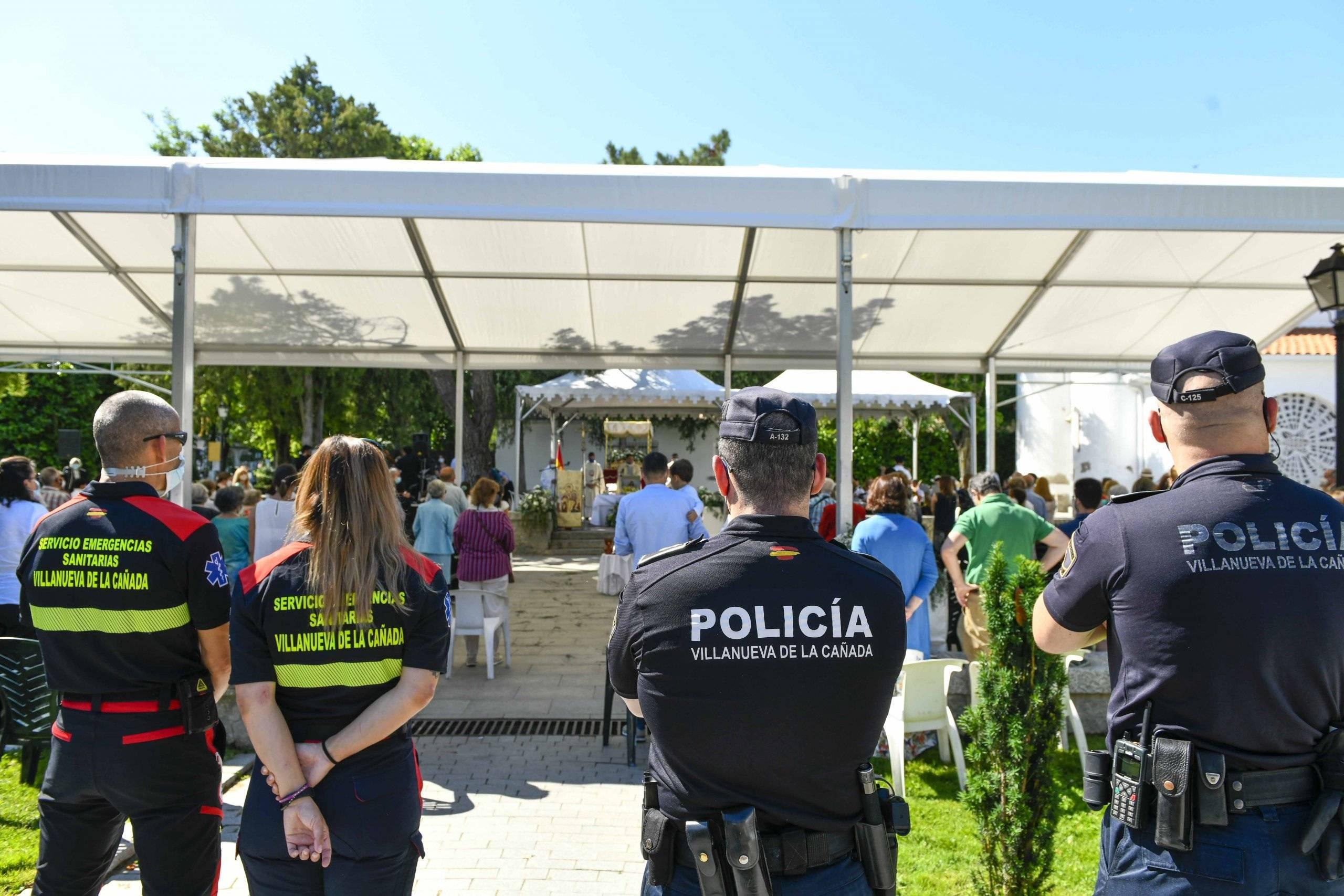 Policía Local y técnicos del Servicio de Emergencias Sanitarias.