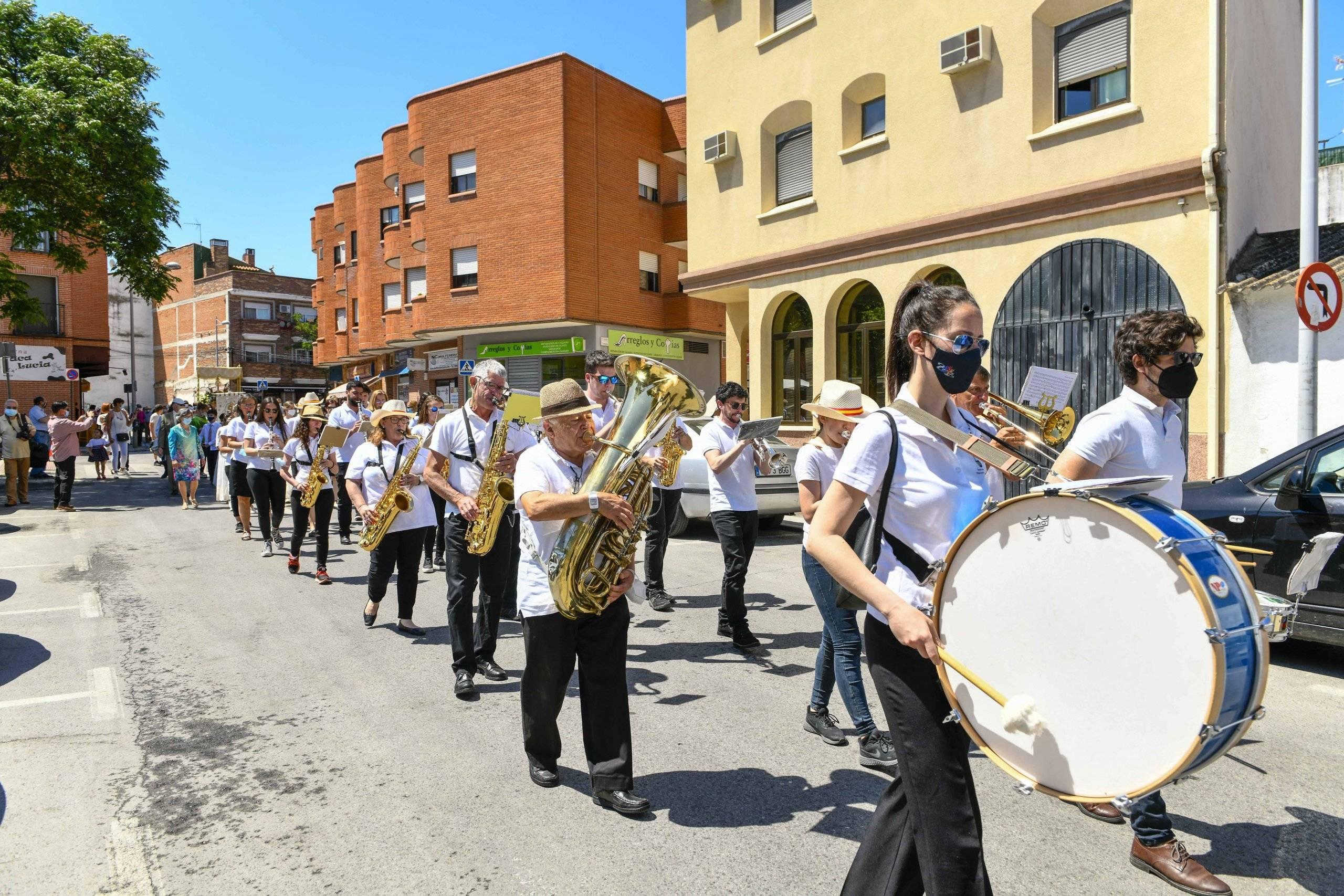 Integrantes de la Banda Municipal amenizando el recorrido de la procesión.