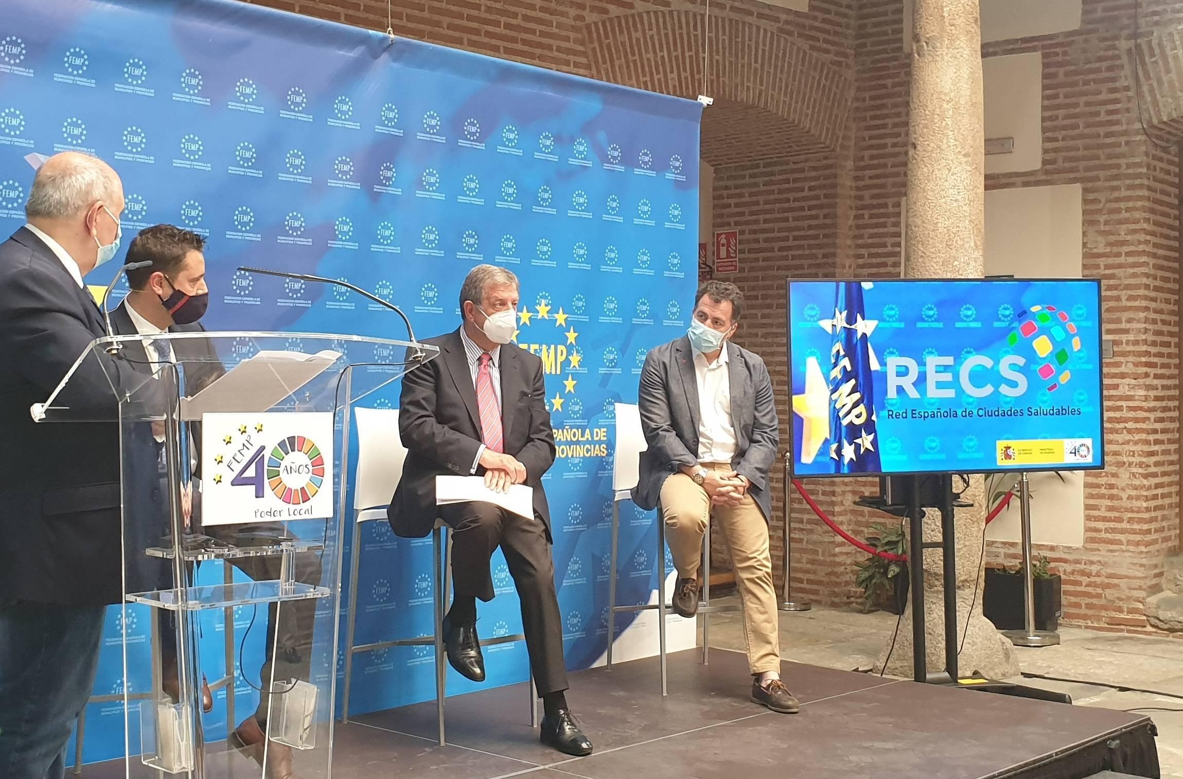 El alcalde y vicepresidente de la Red Española de Ciudades Saludables (RECS) junto a los ponentes.