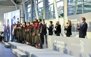 El regidor villanovense y autoridades junto a alumnos graduados.