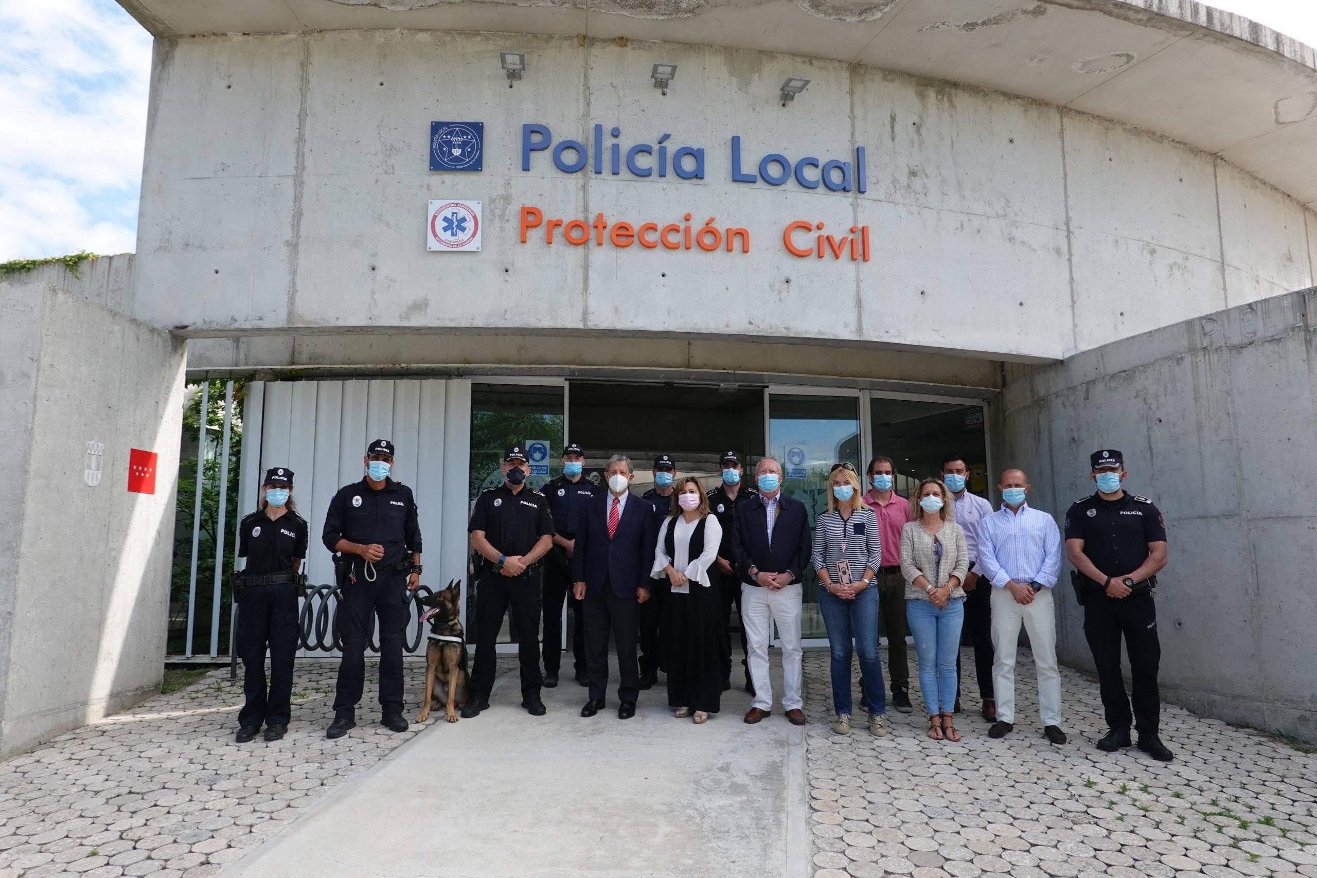 Foto de familia de las autoridades.