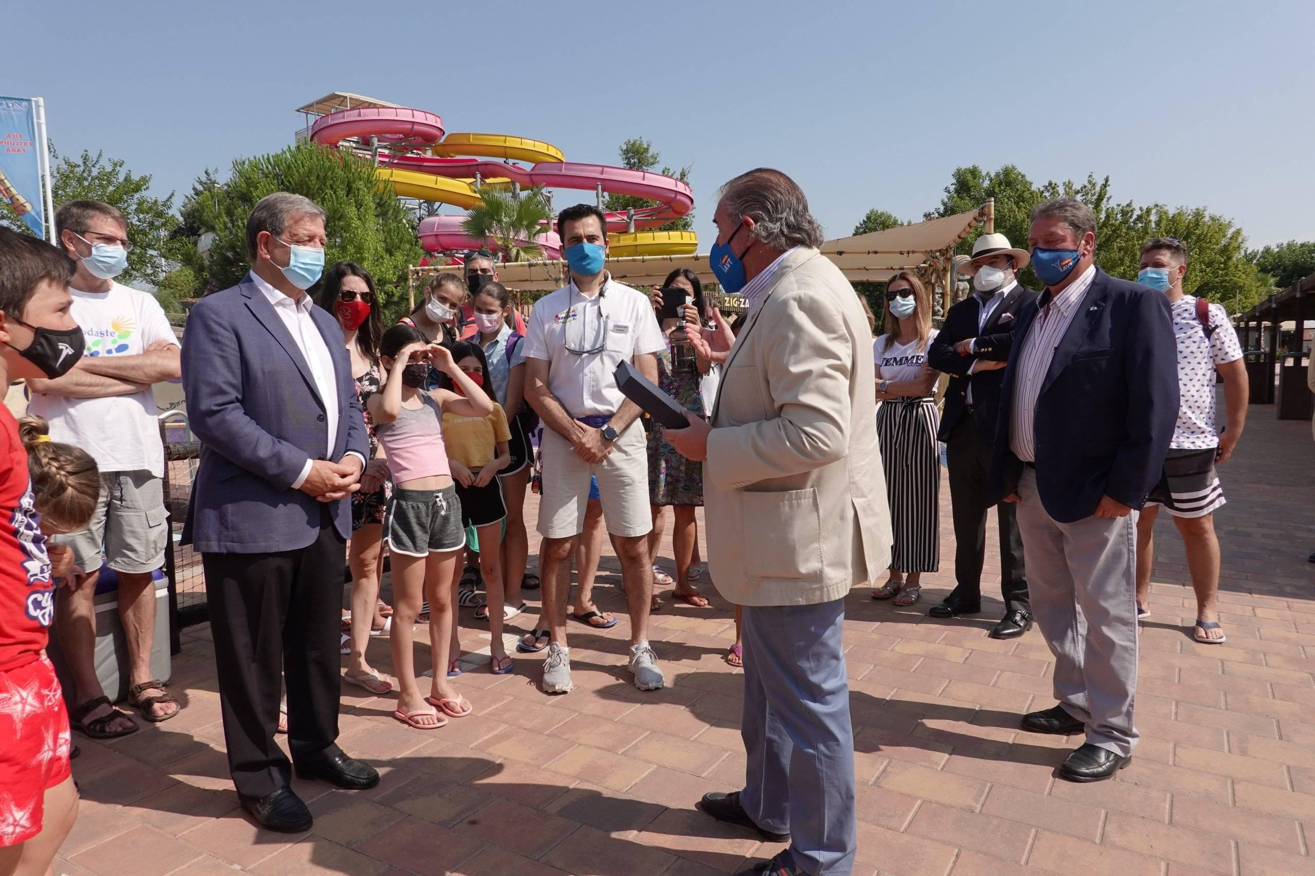 Momento de la entrega del galardón de la AVT al alcalde.