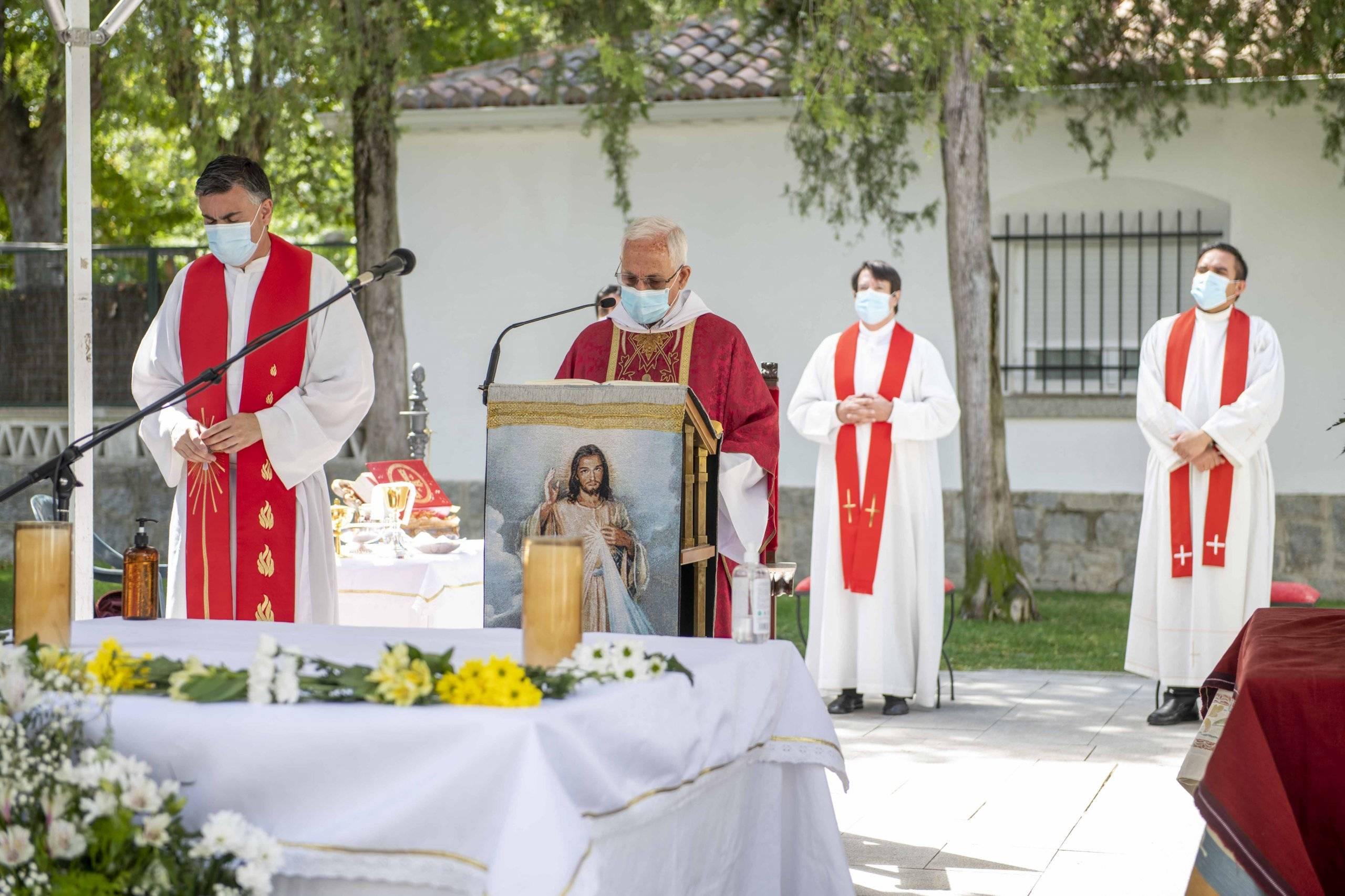 El misionero Nicasio Fernández, acompañado por los párrocos del municipio, ha presidido la misa.