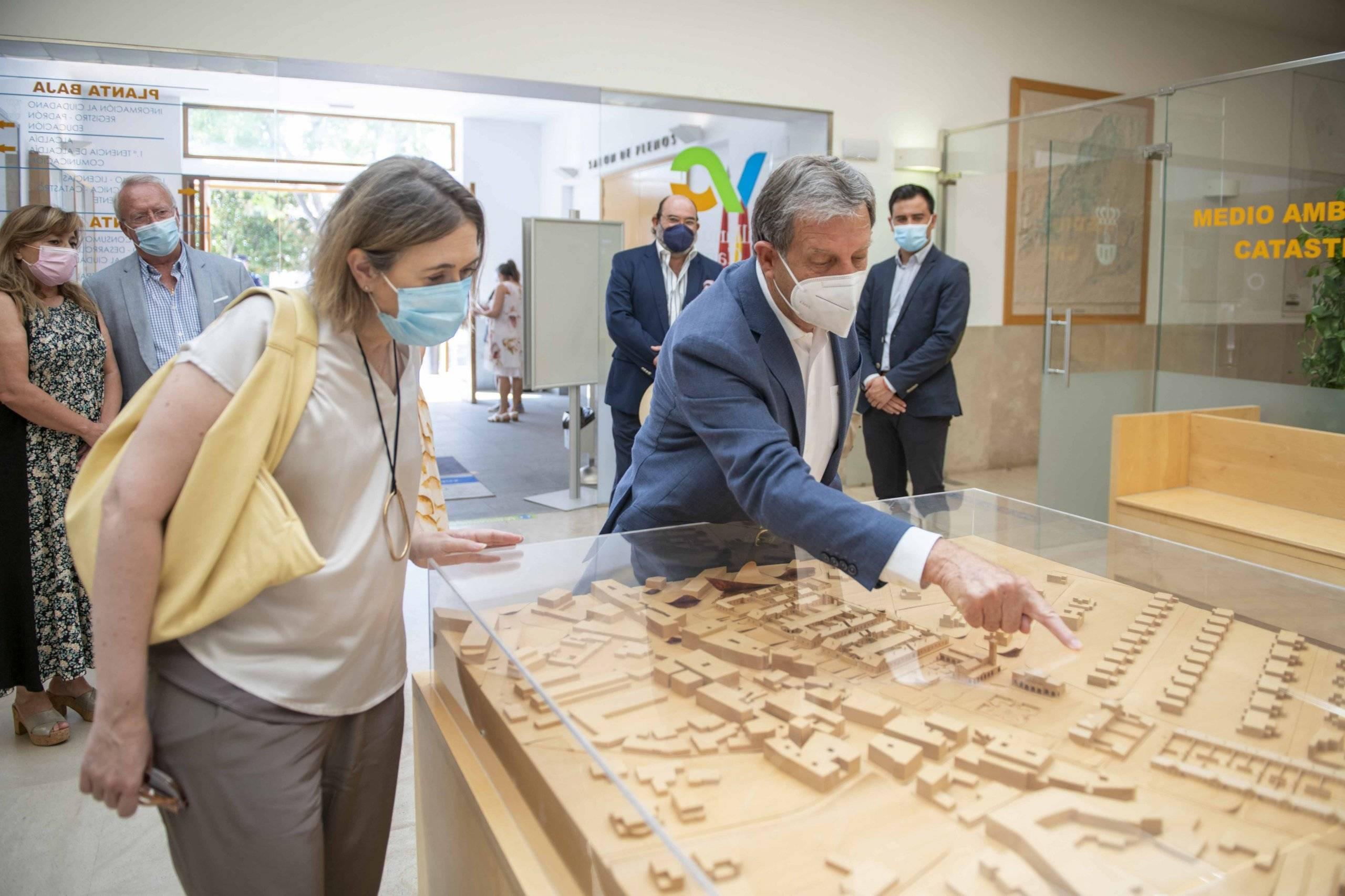 El alcalde, Luis Partida, junto a la consejera de Cultura, Deportes y Turismo, Marta Rivera de la Cruz en la Casa Consistorial.