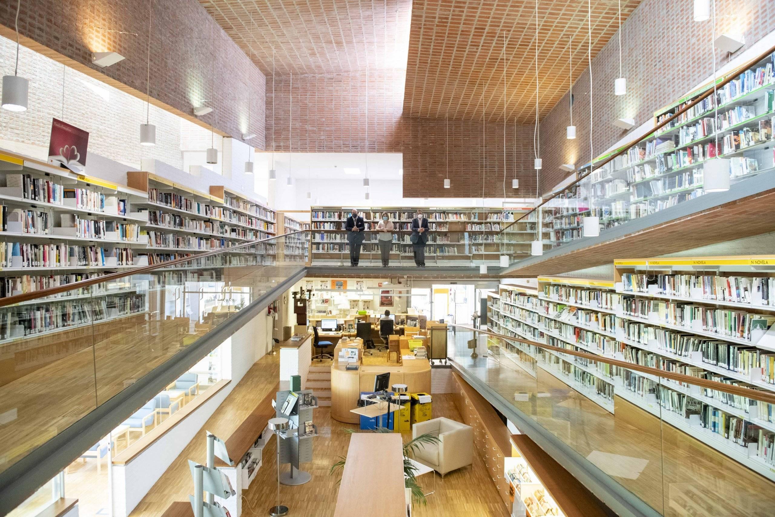 Imagen de las autoridades en la Biblioteca Municipal F. Lázaro Carreter.